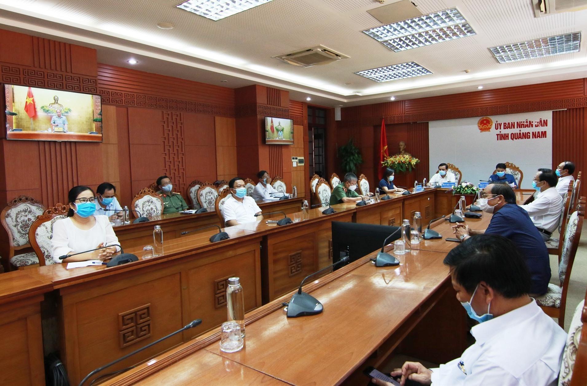 Bí thư Tỉnh ủy Phan Việt Cường và Phó Chủ tịch UBND tỉnh Trần Văn Tân chủ trì điểm cầu hội nghị trực tuyến tại Quảng Nam. Ảnh: T.C