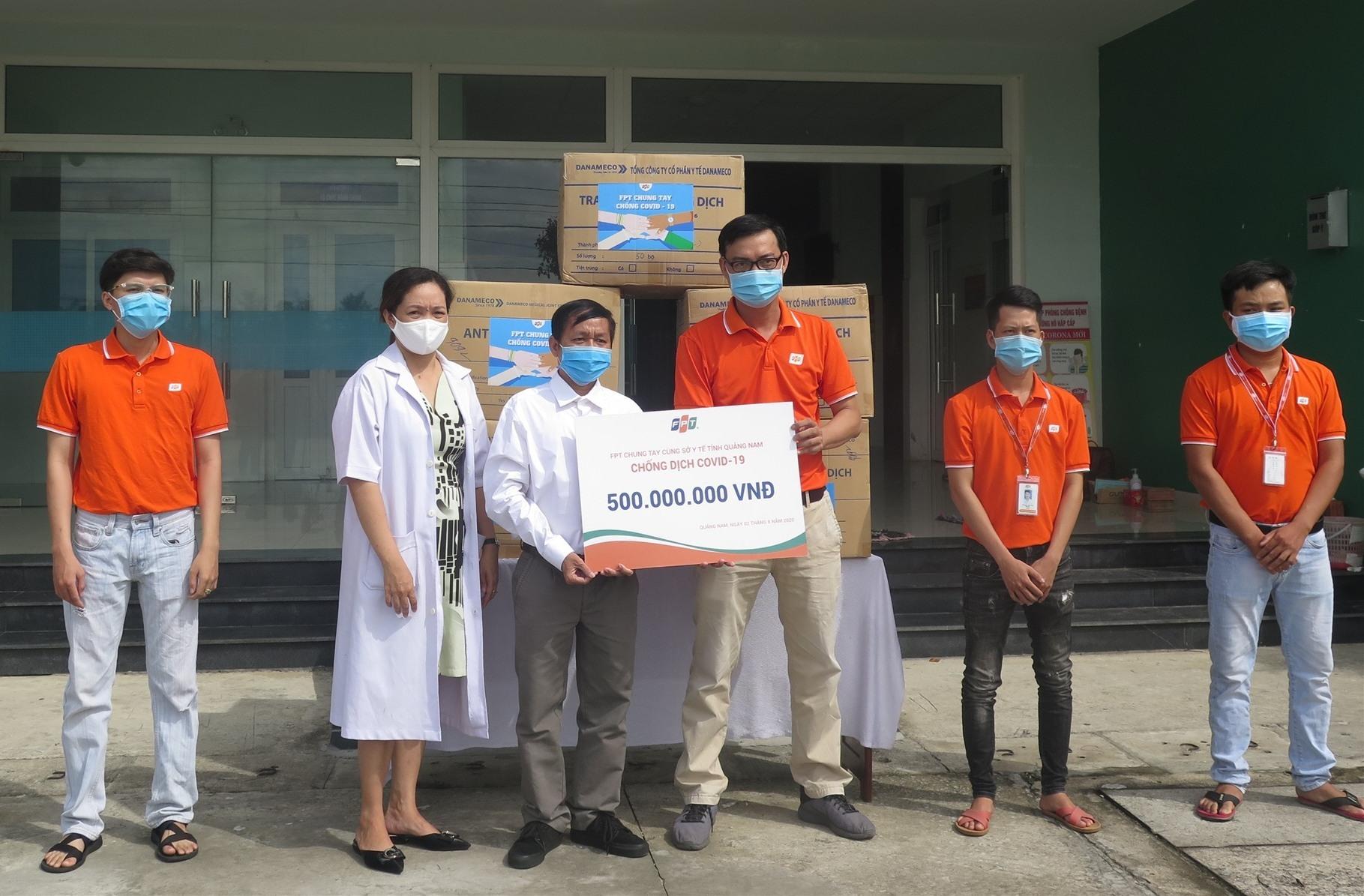 Đại diện FPT trao tặng dụng cụ bảo hộ đến đội ngũ nhân viên y tế Quảng Nam. Ảnh: X.H
