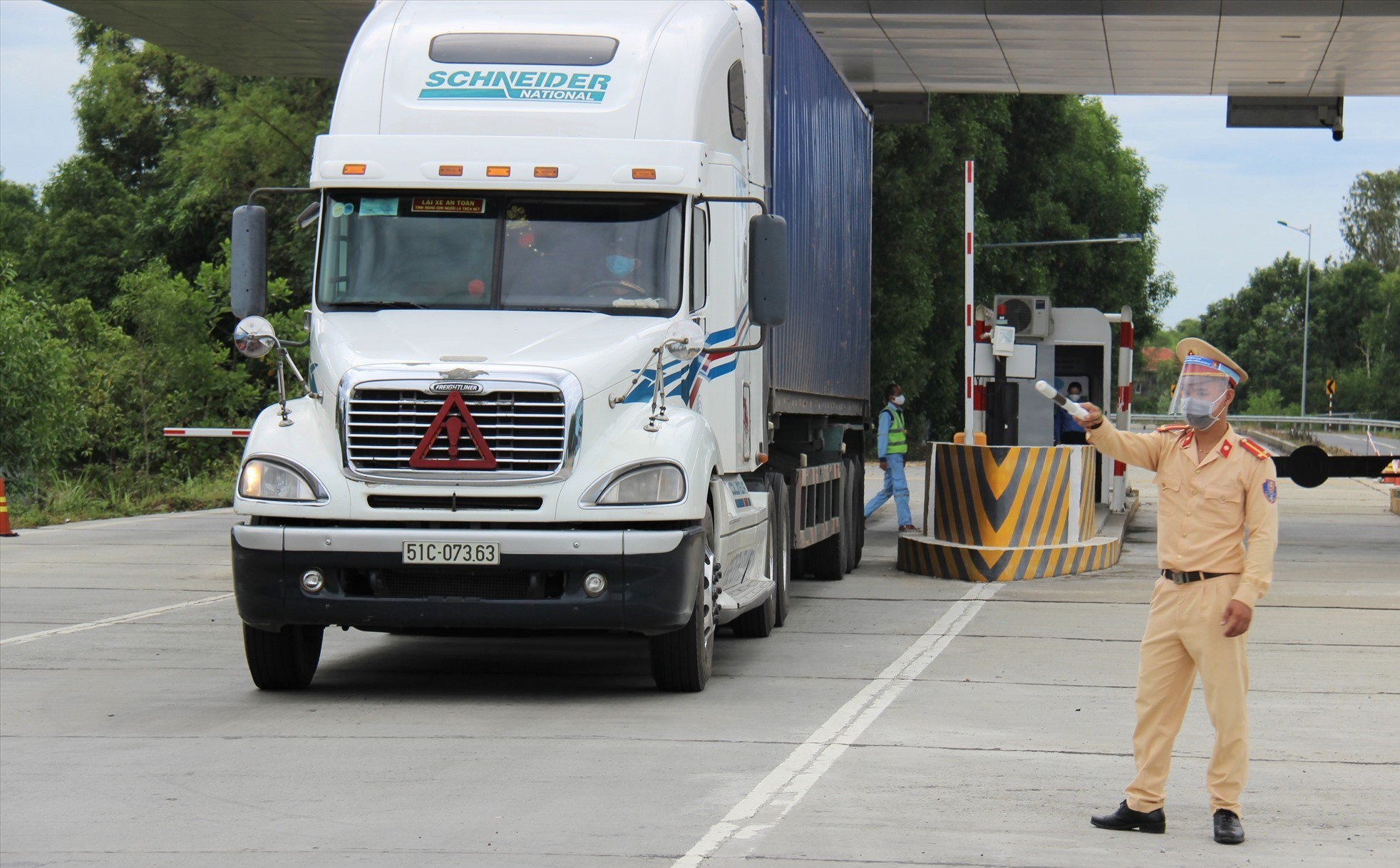 Công an huyện Thăng Bình dừng xe để kiểm tra y tế đối với tài xế lưu thông từ cao tốc Đà Nẵng - Quảng Ngãi xuống quốc lộ 14E. Ảnh: THANH THẮNG
