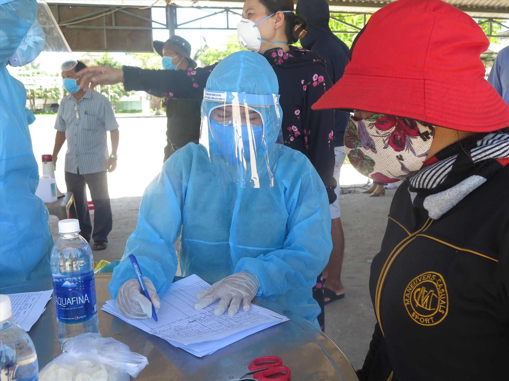 Thực hiện lấy mẫu xét nghiệm diện rộng là cách để phát hiện chính xác các ca bệnh.