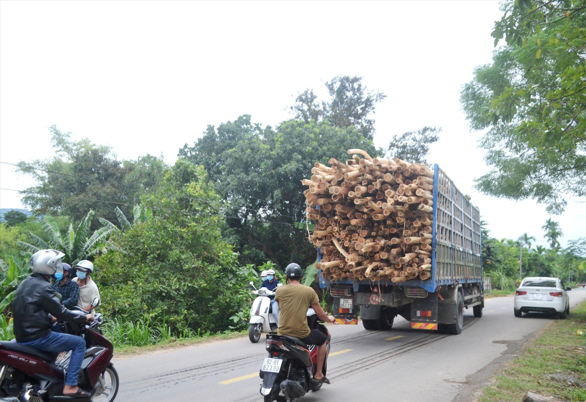 Xe chở keo quá kích thước thành, thùng chạy trên quốc lộ 14E qua thị trấn Tân Bình (Hiệp Đức). Ảnh: K.K