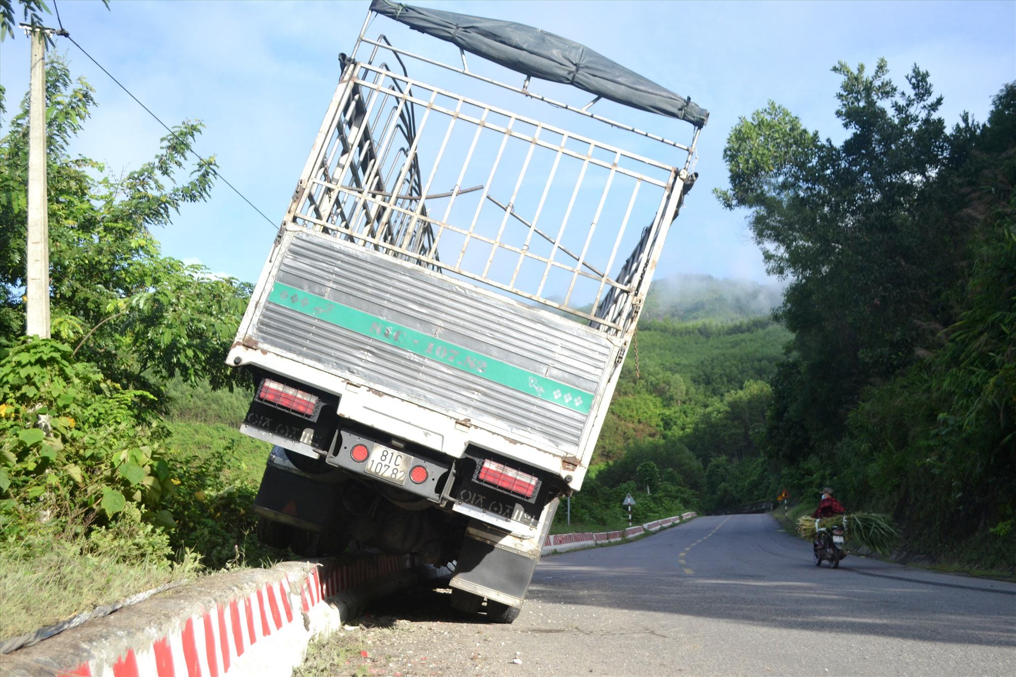 """Xe tải chạy hướng Đà Nẵng-Gia Lai """"leo"""" tường chắn quốc lộ 14B, đoạn qua Nam Giang vào ngày 18.8.2020. Ảnh: C.T"""