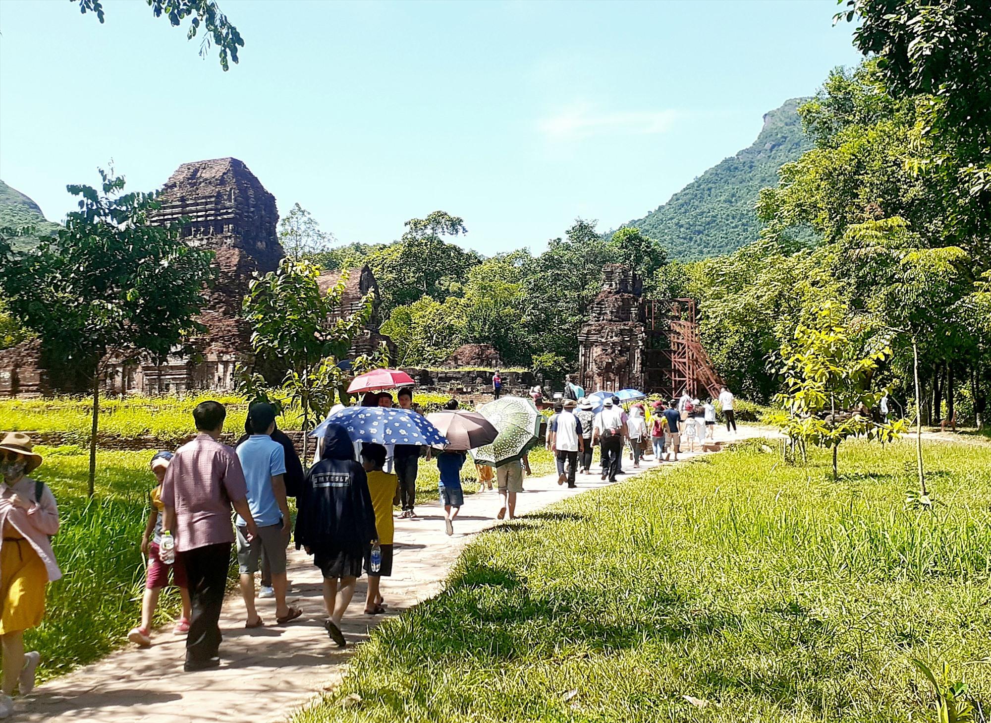 Nhiều năm qua, du lịch Quảng Nam chỉ phát triển mạnh mẽ, tập trung tại các di sản Hội An và Mỹ Sơn. TRONG ẢNH: Du khách tham quan Mỹ Sơn đầu năm 2020. Ảnh: X.HIỀN