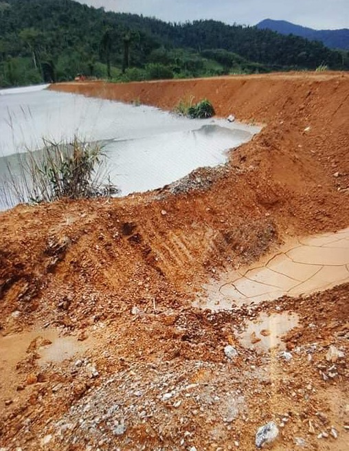 Công ty TNHH Vàng Phước Sơn đã tự gia cố thân đập chứa quặng đuôi thải. Ảnh: TR.HỮU