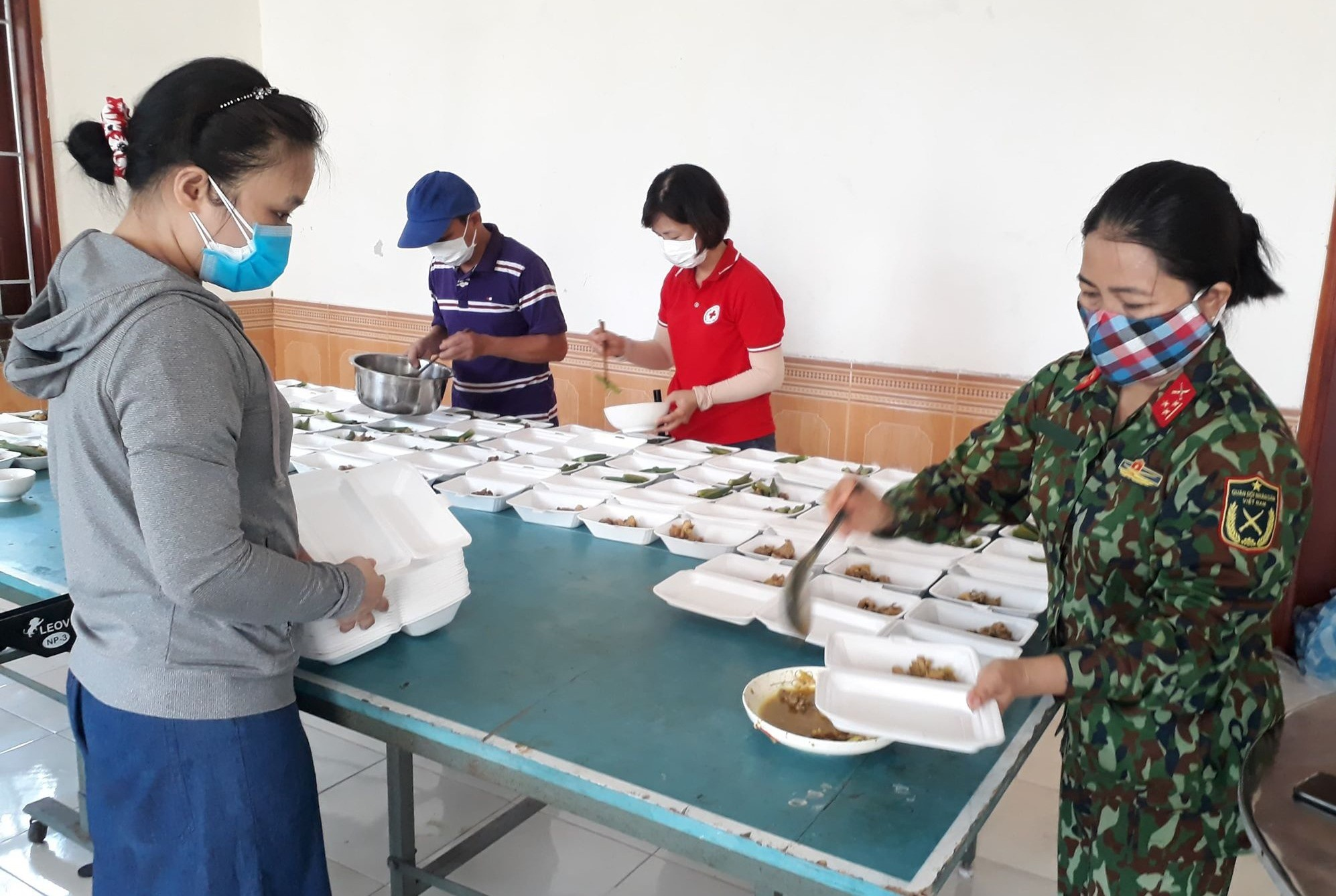 Hội Chữ thập đỏ huyện Quế Sơn tham gia chuẩn bị suất ăn cho lực lượng phòng chống dịch và người dân cách ly tập trung. Ảnh: D.T