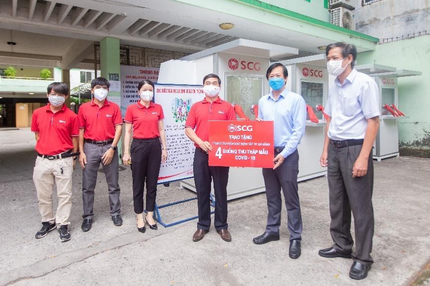 Đại diện Công ty TNHH Vật Liệu Xây Dựng Xi Măng SCG Việt Nam bàn giao 4 phòng áp lực dương kháng khuẩn di động cho CDC Đà Nẵng.