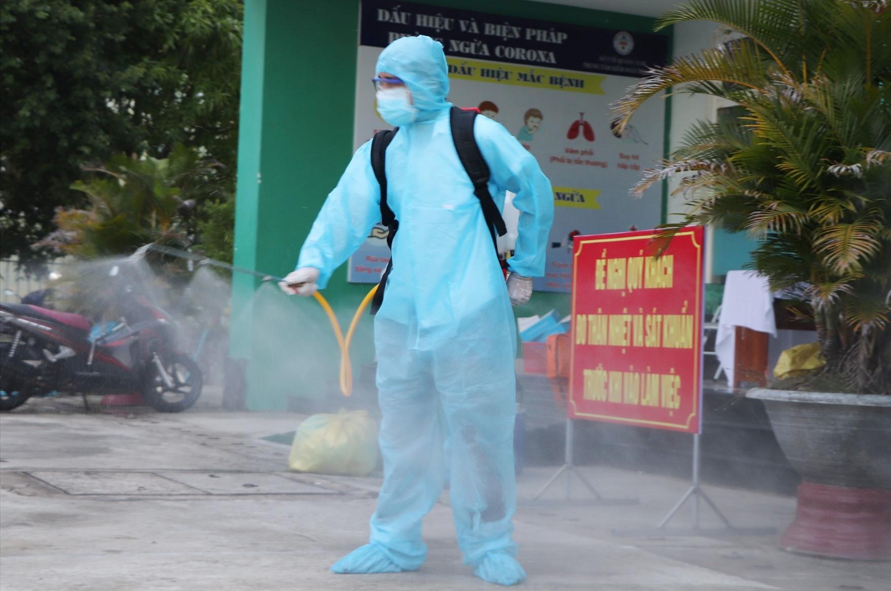 Tiêu độc khử trùng tại các khu vực xuất hiện các ca dương tính. Ảnh: X.H