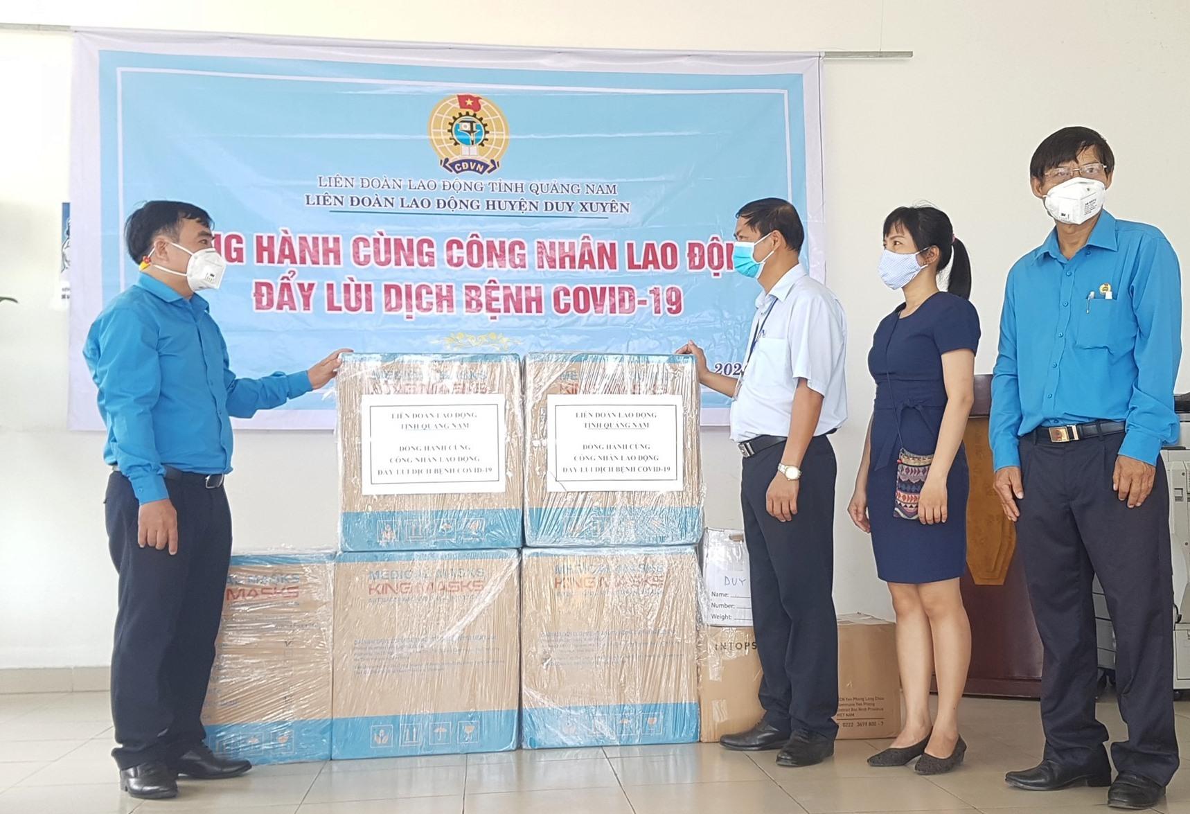 LĐLĐ tỉnh tặng 500 suất quà cho công nhân lao động Công ty Sơn Hà. Ảnh: D.L