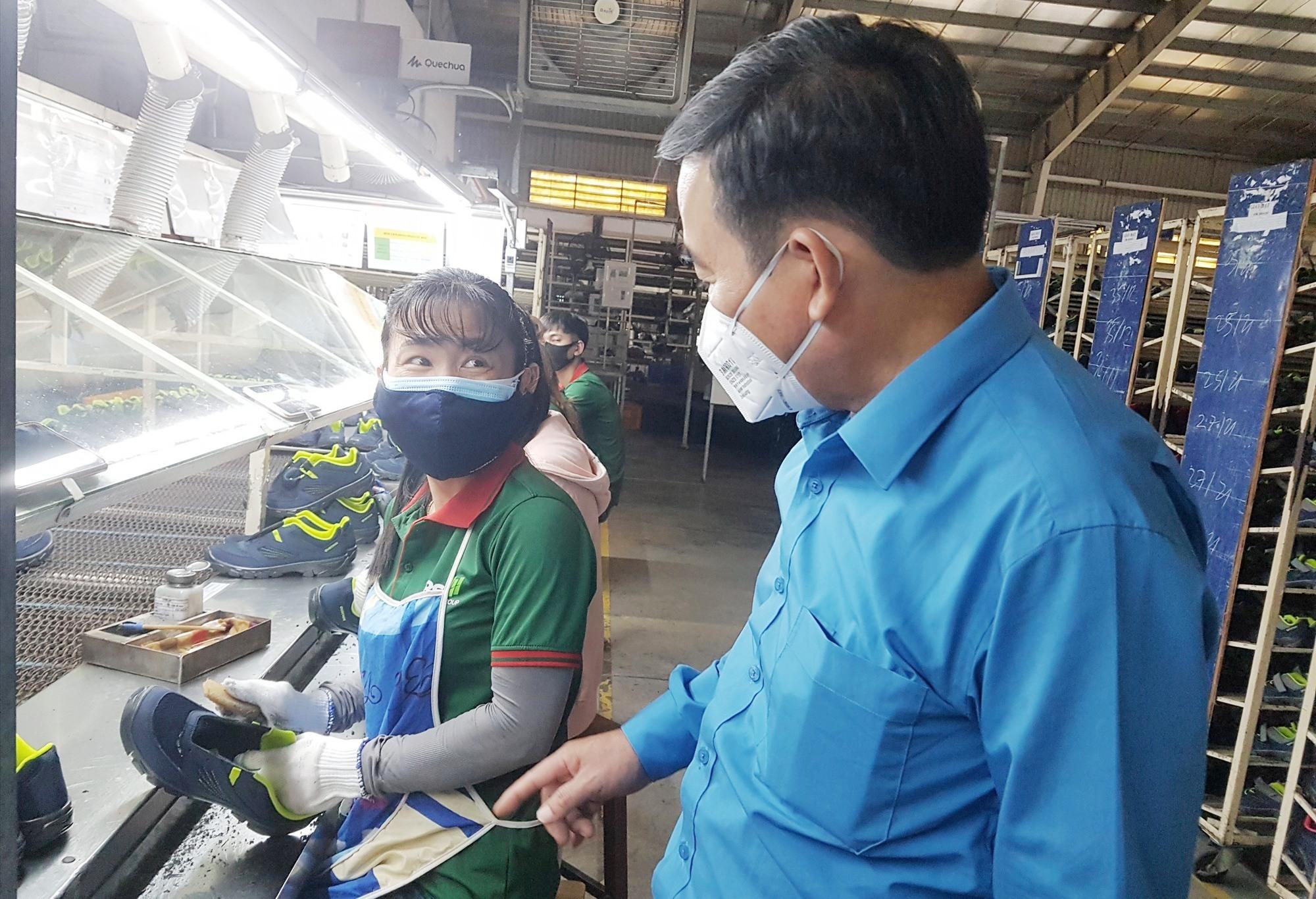 Chủ tịch LĐLĐ tỉnh Phan Xuân Quang thăm hỏi tình hình việc làm của người lao động. Ảnh: D.L