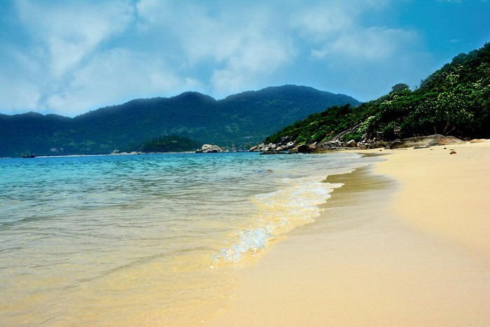 Smooth white sand of Cham Islands