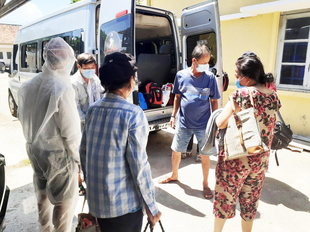 Việc hỗ trợ vận chuyển người thuộc trường hợp F1 tại Hội An đã trở nên quen thuộc với anh Nguyễn Trí Minh trong thời gian qua. Ảnh: Q.T