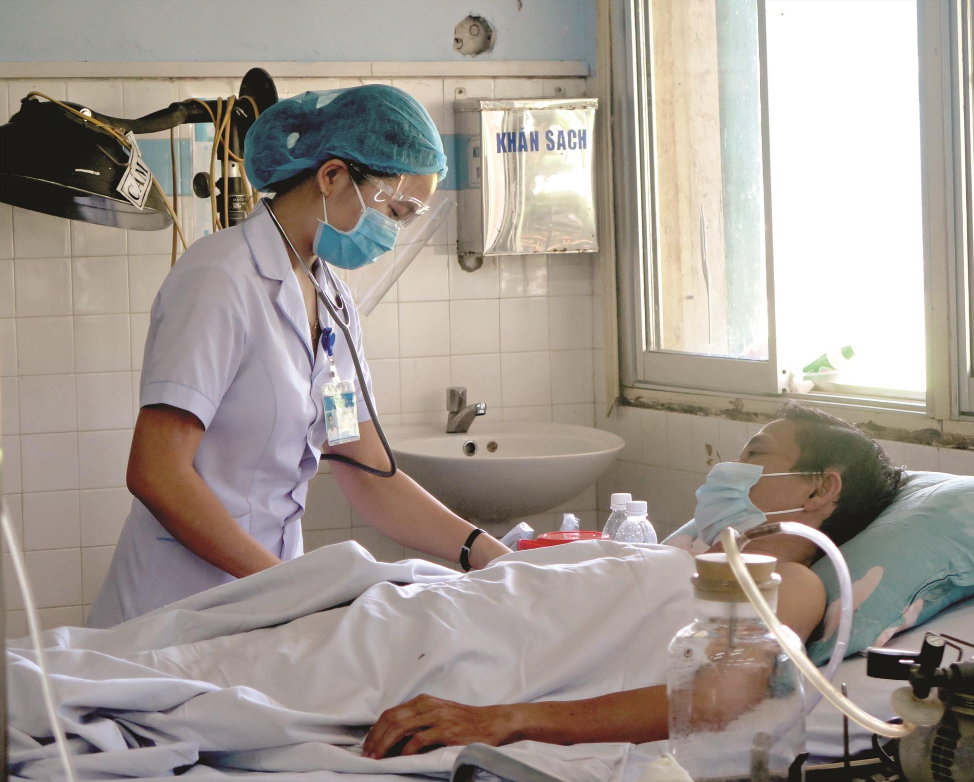 Bệnh nhân và người nhà cũng như nhân viên y tế phải tuân thủ các nguyên tắc về quy trình thăm bệnh, chăm sóc bệnh để giảm thiểu các rủi ro lây nhiễm. Ảnh: X.H