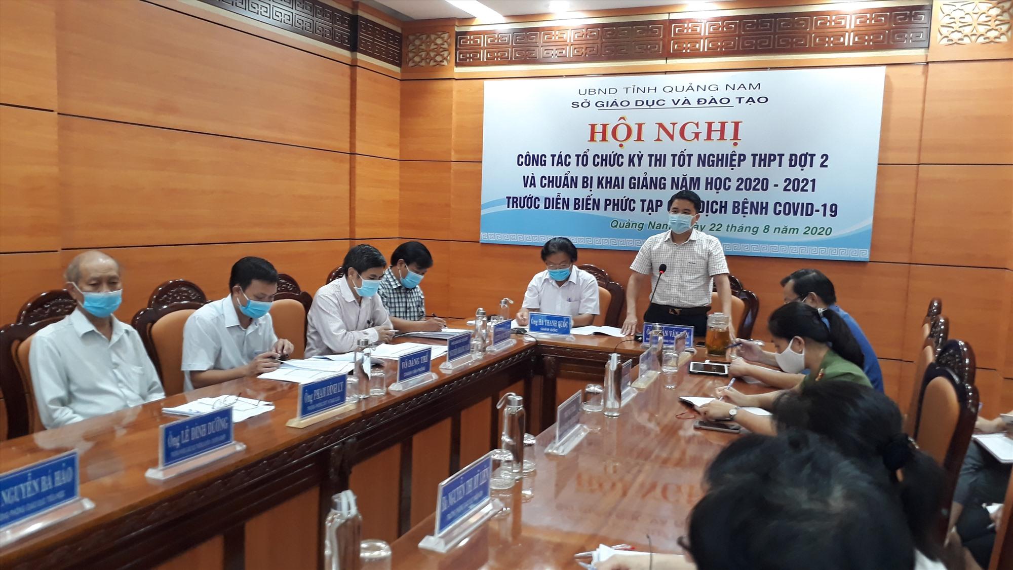Phó Chủ tịch UBND tỉnh Trần Văn Tân nhấn mạnh việc tổ chức kỳ thi tốt nghiệp THPT đợt 2 t phải được triển khai nghiêm túc, đúng quy chế, đảm bảo an toàn sức khỏe cho TS và giám thị. Ảnh: X.P