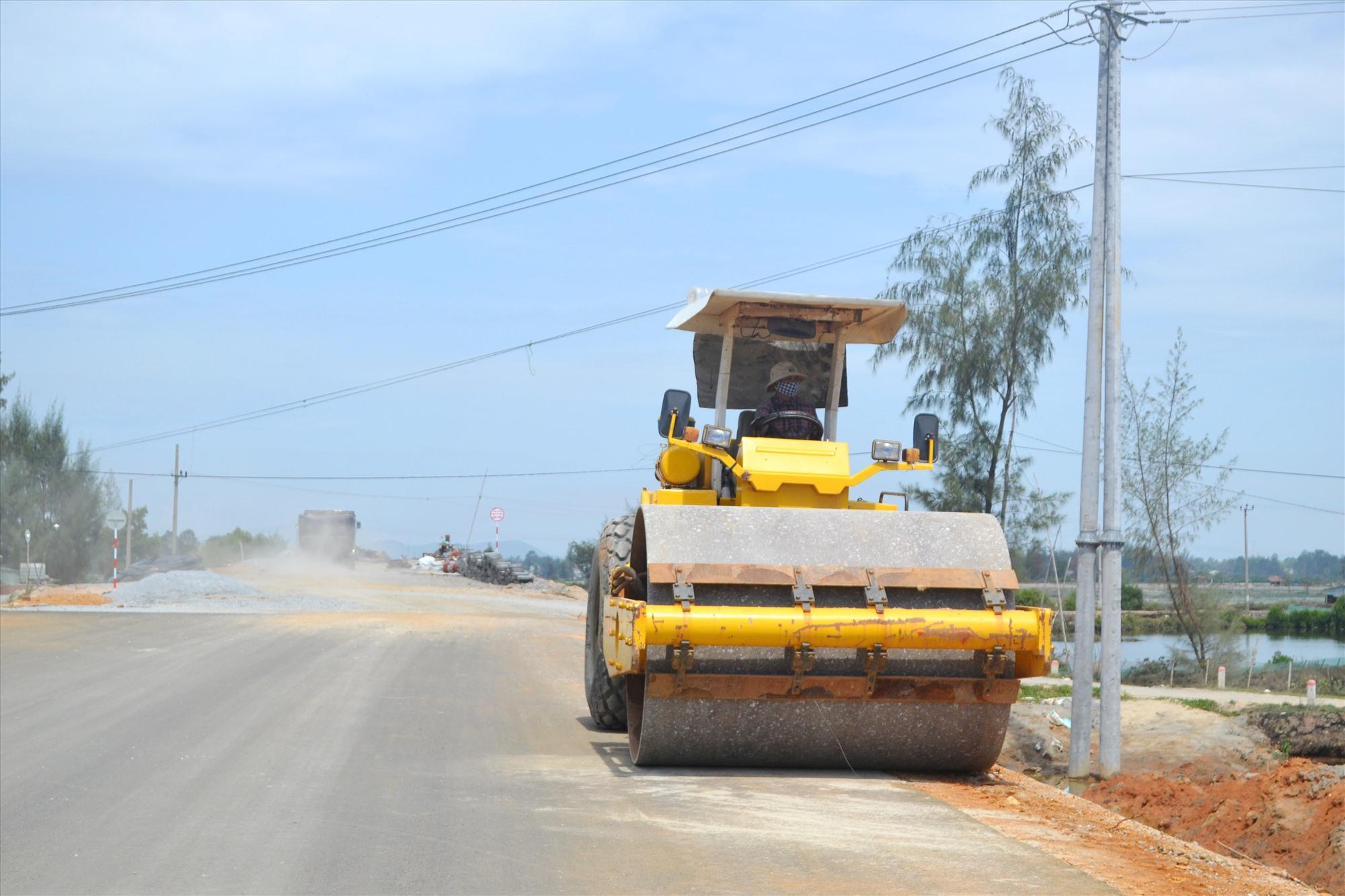 Lu lèn lề đất của tuyến đường đã hoàn thành thảm bê tông nhựa. Ảnh: CT