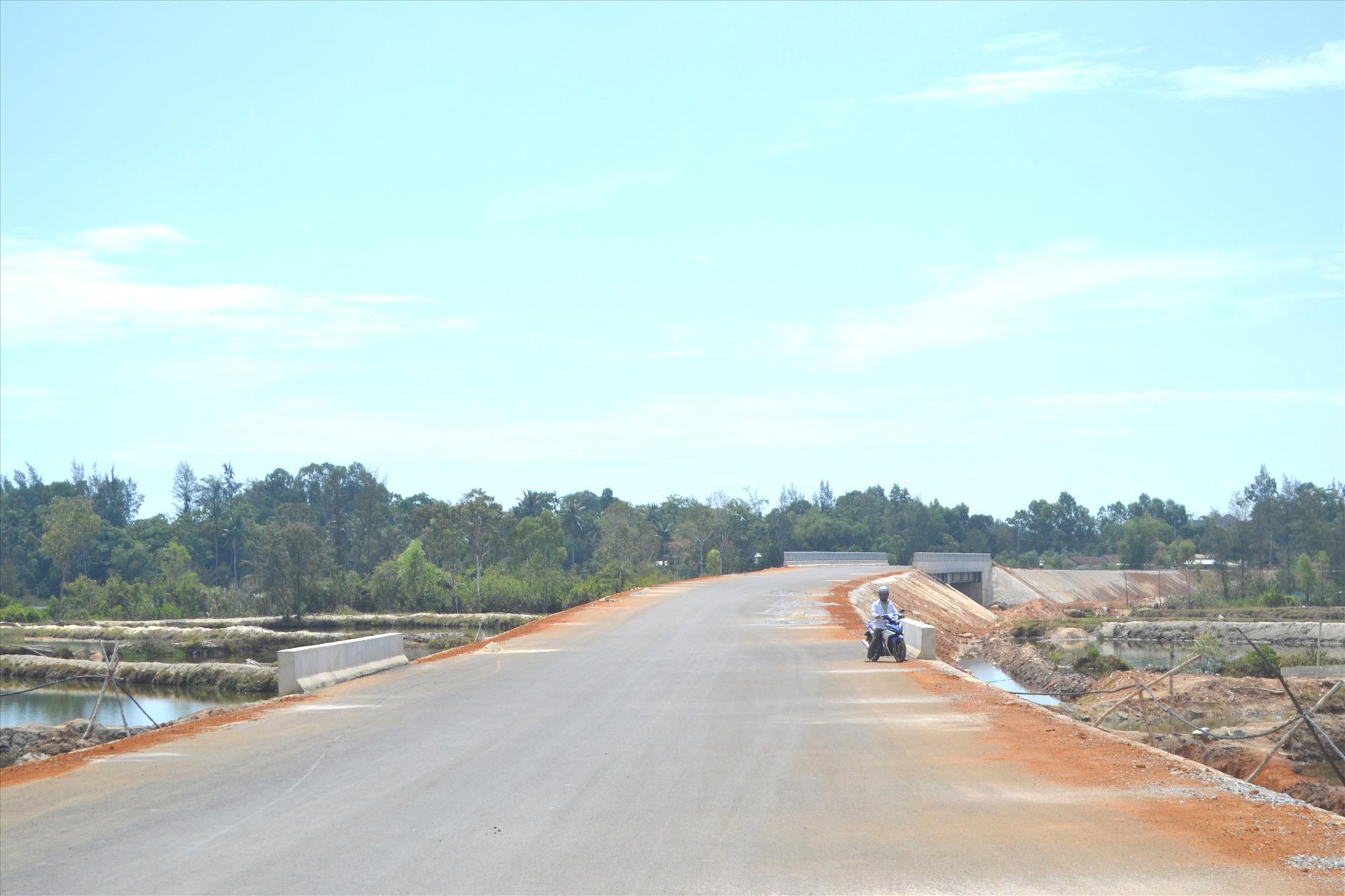 Nhà thầu đã thảm nhựa mặt đường được chiều dài khoảng 16km. Ảnh: CT
