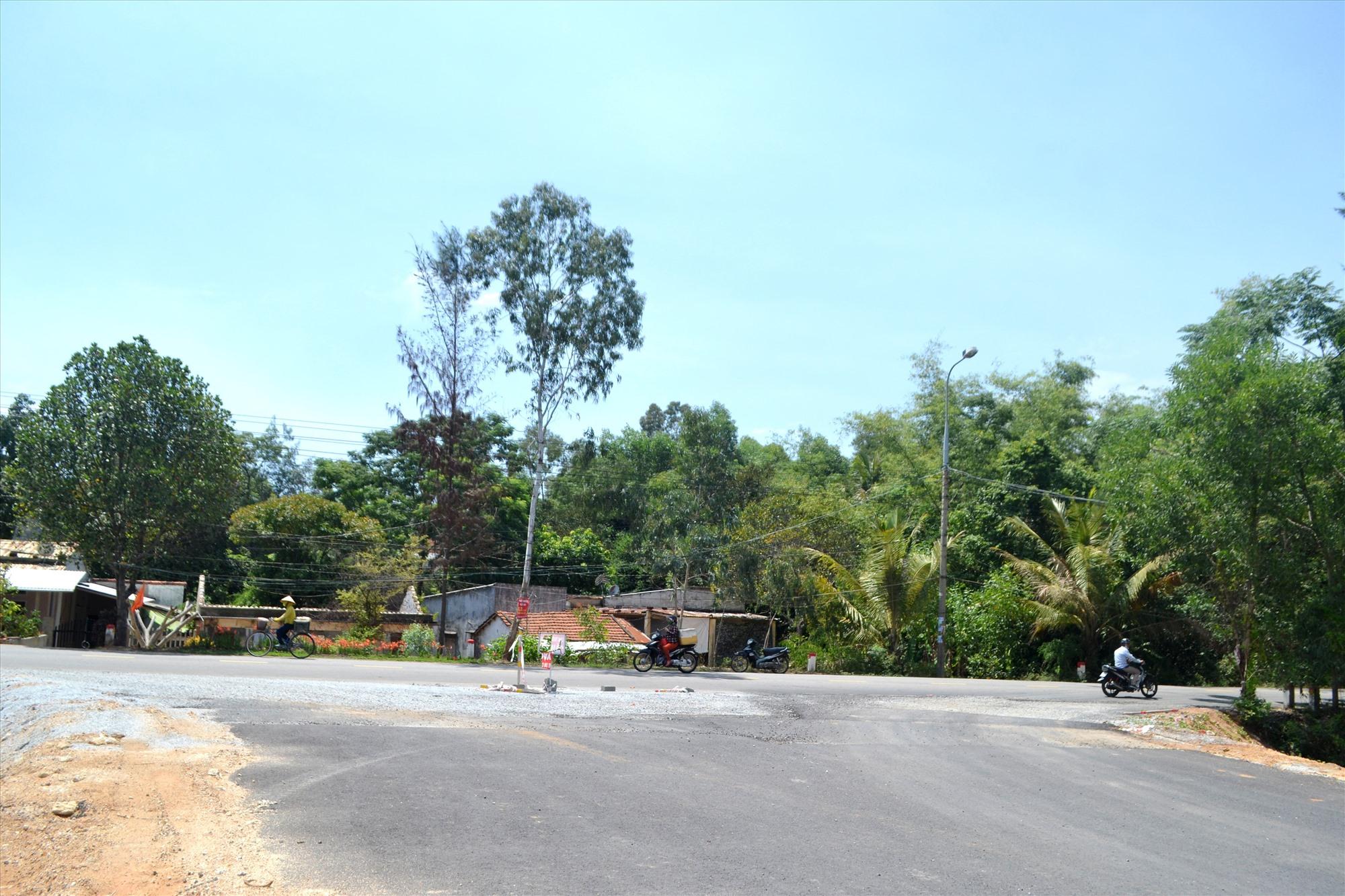 Công trường bị ách tắc do chưa khơi thông mặt bằng đoạn giao với đường ĐT618. Ảnh: CT
