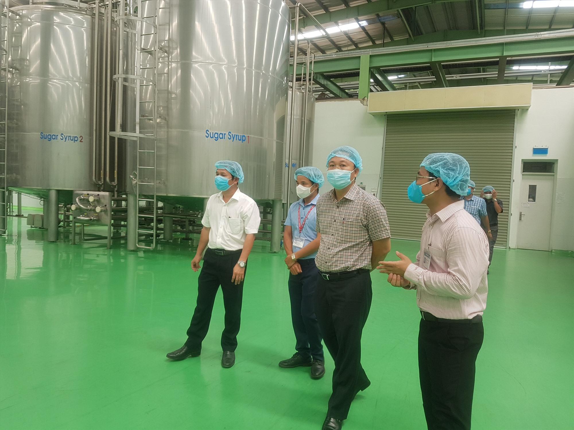 Chủ tịch UBND tỉnh Lê Trí Thanh khảo sát hoạt động sản xuất tại Công ty TNHH Number One Chu Lai. Ảnh: D.L