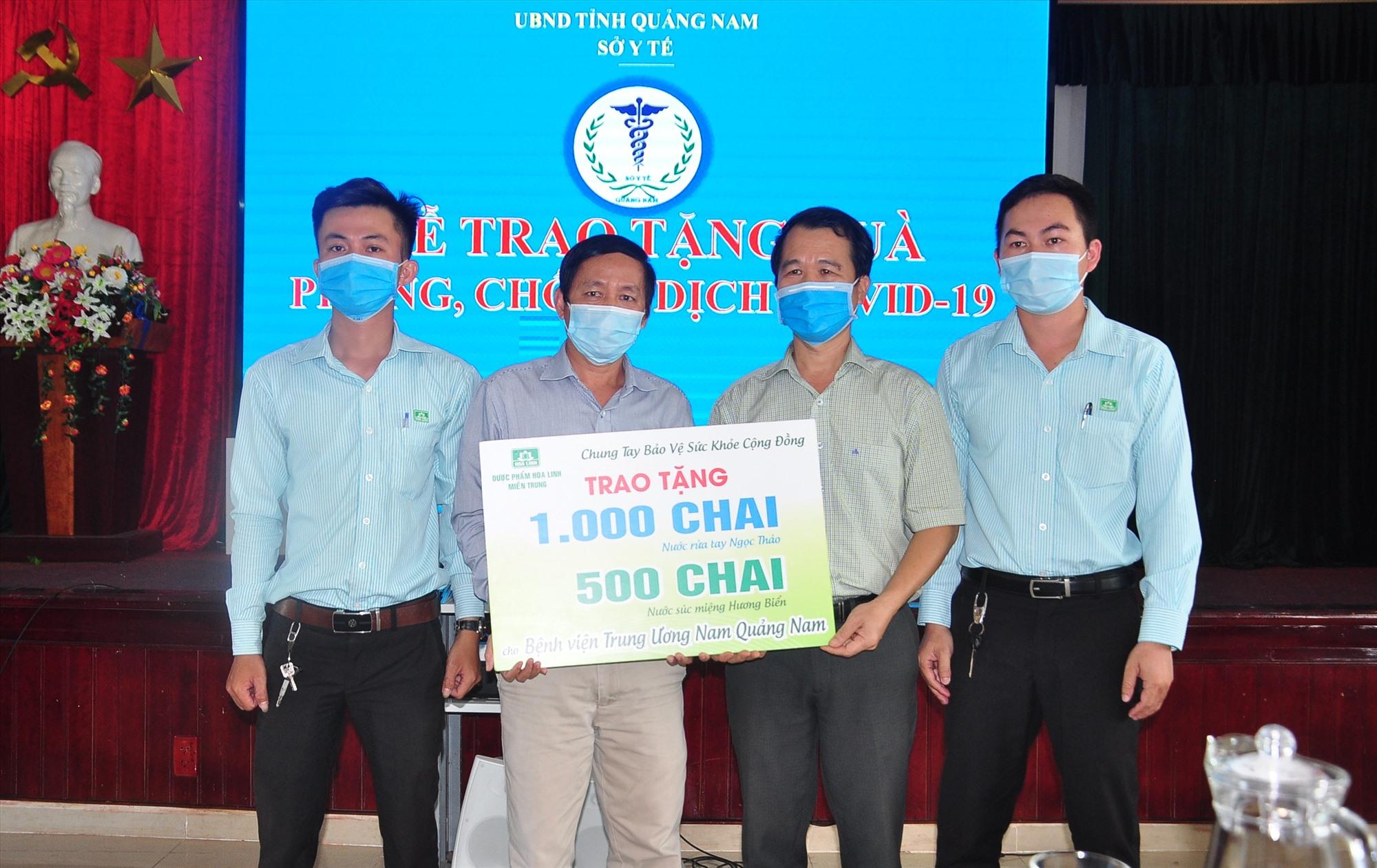 Dược phẩm Hoa Linh miền Trung tặng sinh phẩm cho Sở Y tế. Ảnh: V.A