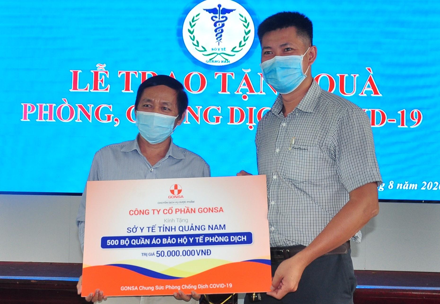 Công ty CO GONSA tặng 500 bộ đồ bảo hộ chống dịch. Ảnh: V.A