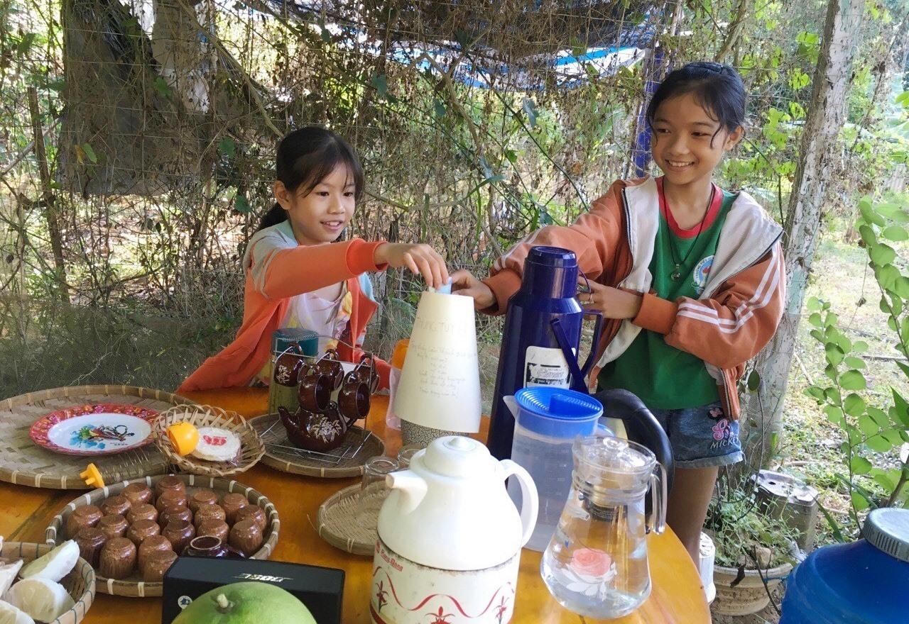 Các em nhỏ ủng hộ tiền tiết kiệm giúp đỡ thầy giáo Lâm Thành Bích có hoàn cảnh khó khăn. Ảnh: KL
