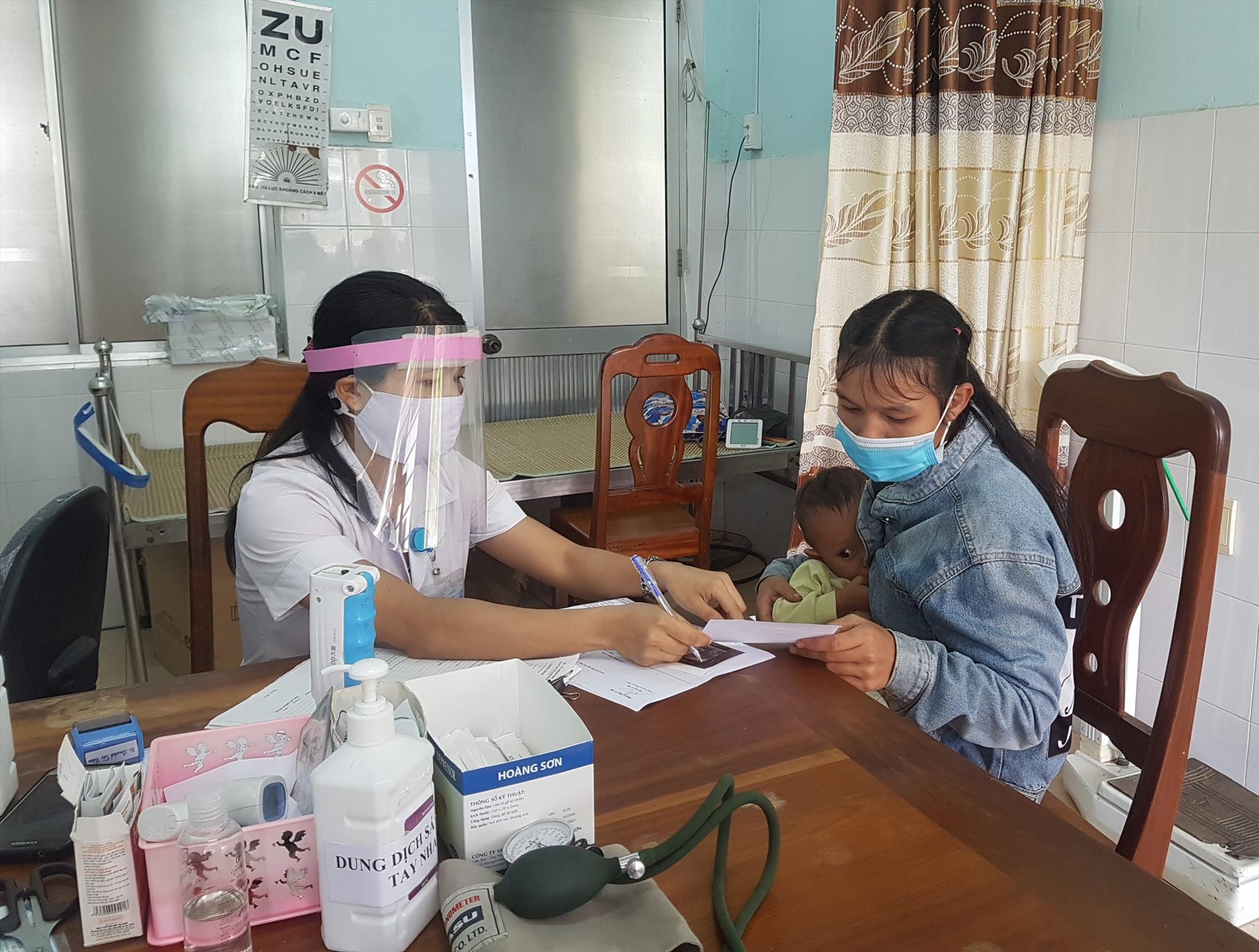 Công tác khám chữa bệnh cho người dân được Trung tâm Y tế huyện Nam Trà My thực hiện đảm bảo trong điện kiện phòng chống dịch bệnh. Ảnh: D.L