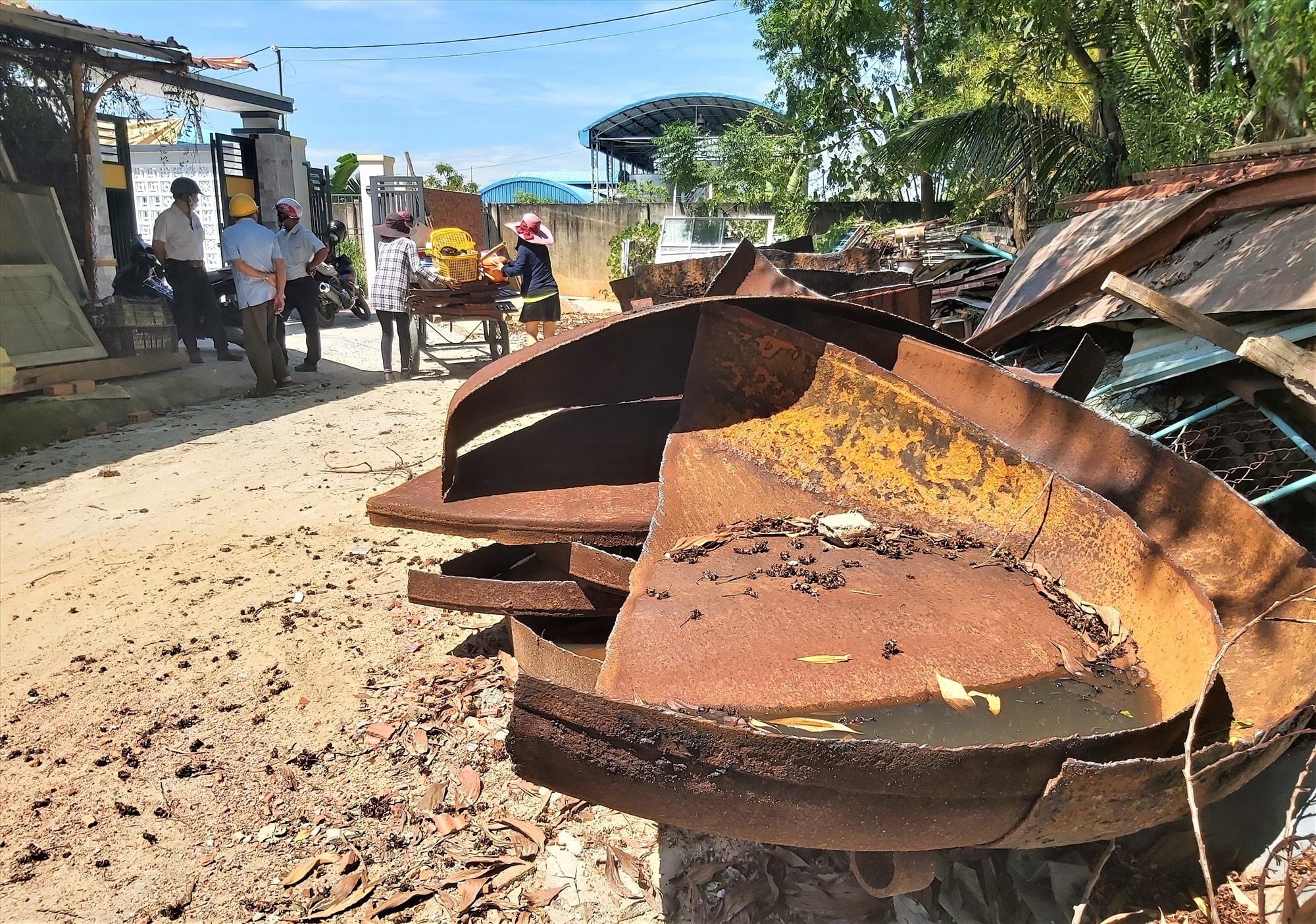 Tuyến đường Bà Huyện Thanh Quan bị lấn chiếm để bỏ vật liệu. Ảnh: HOÀI AN
