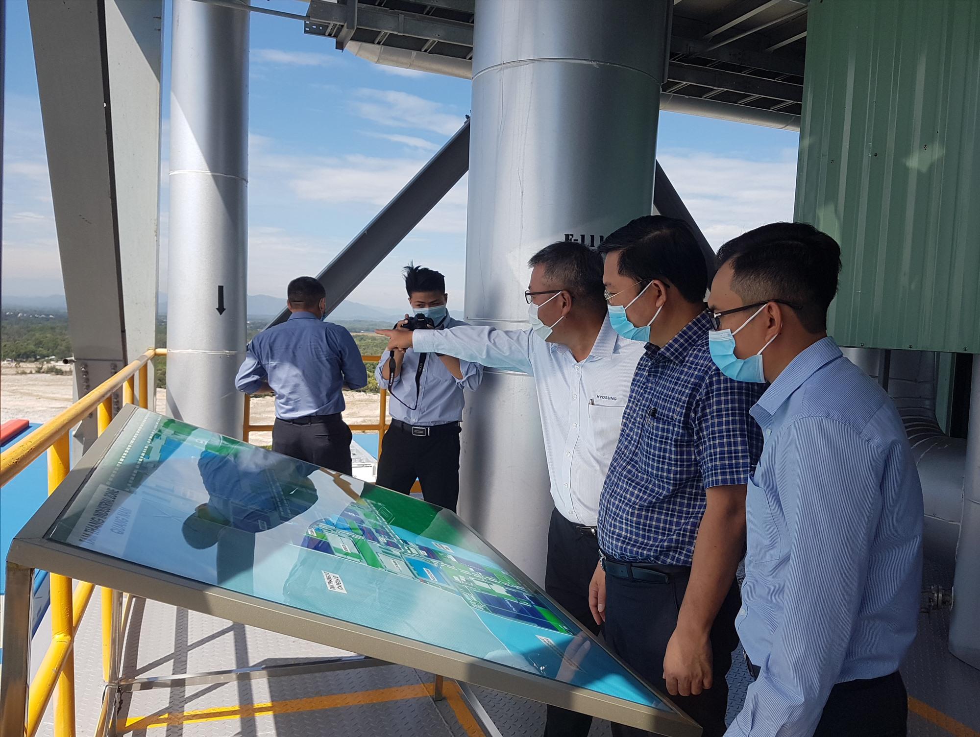 Chủ tịch UBND tỉnh Lê Trí Thanh khảo sát hoạt động ở Công ty TNHH Hyosung Quảng Nam. Ảnh: D.L