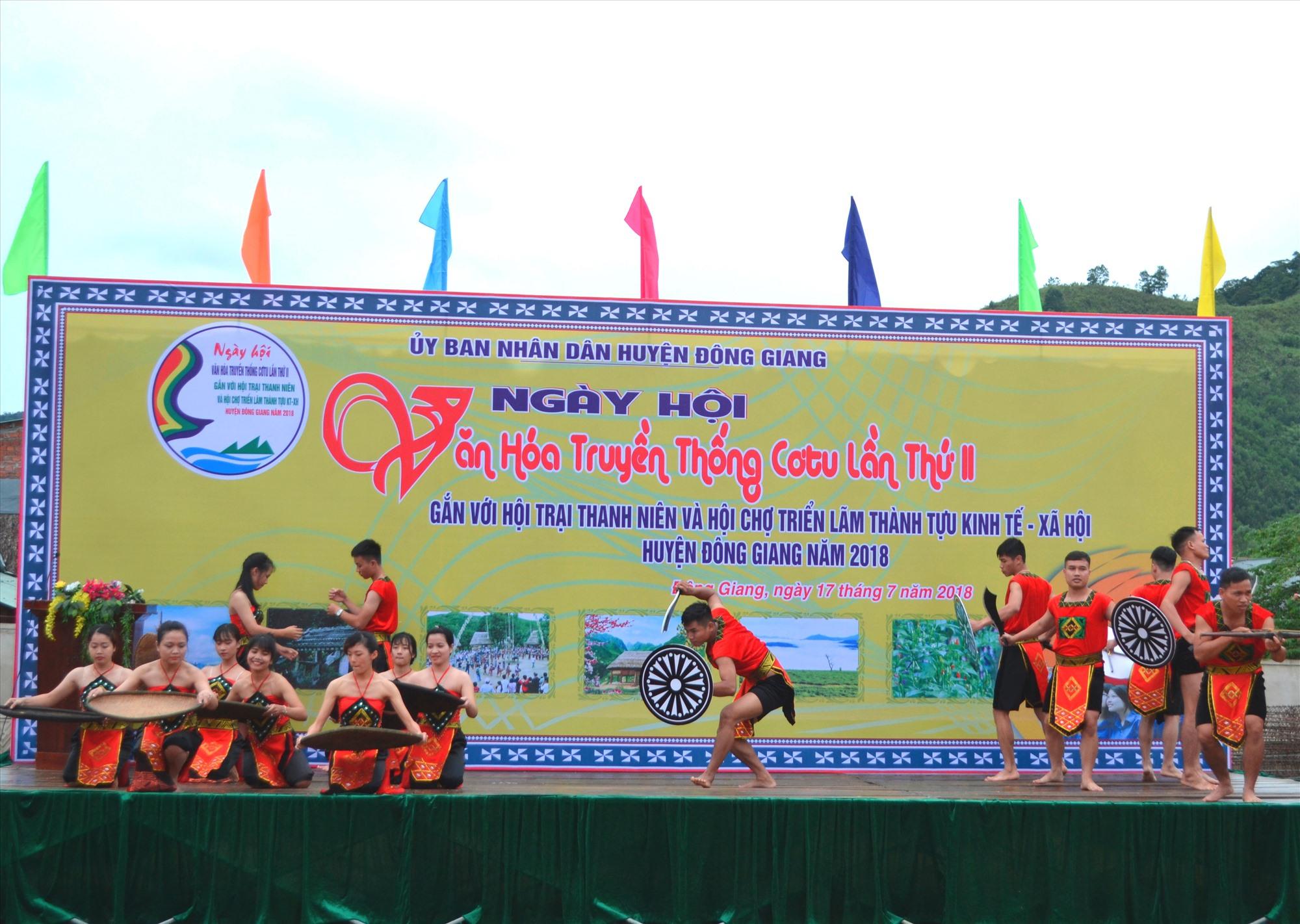 Nghệ thuật truyền thống Cơ Tu được huyện đưa vào biểu diễn tại các lễ hội. Ảnh: C.T