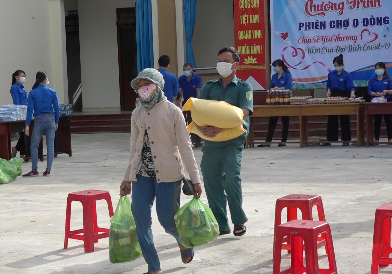 Nhiều phần quà thiết thực với giá 0 đồng được tuổi trẻ huyện Thăng Bình trao đến tận tay người dân có hoàn cảnh khó khăn. Ảnh: M.T