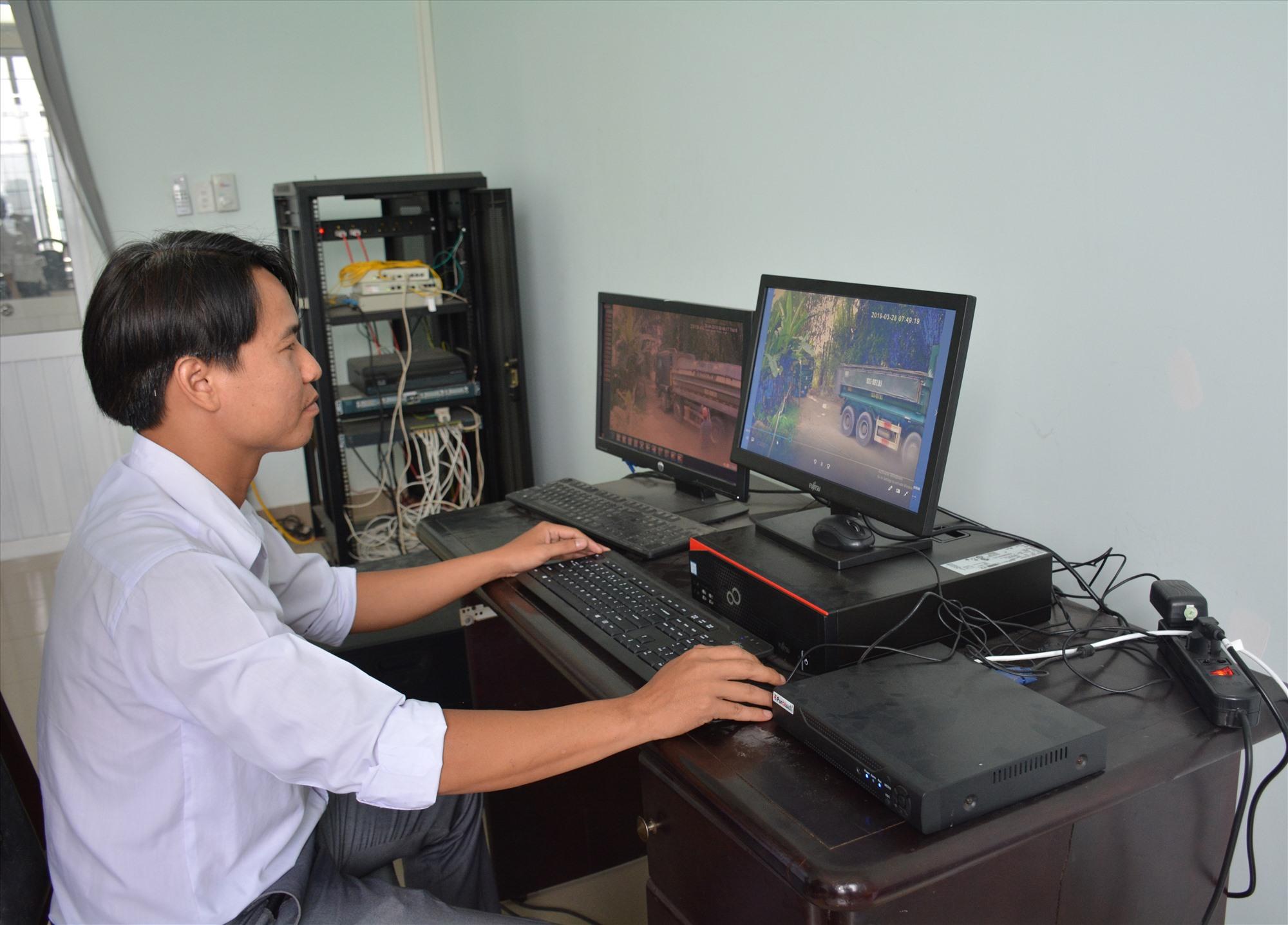 Cán bộ thuế Đại Lộc giám sát hoạt động khai thác, vận chuyển khoáng sản từ camera kết nối với máy tính tại đơn vị để quản lý thuế. Ảnh V.D