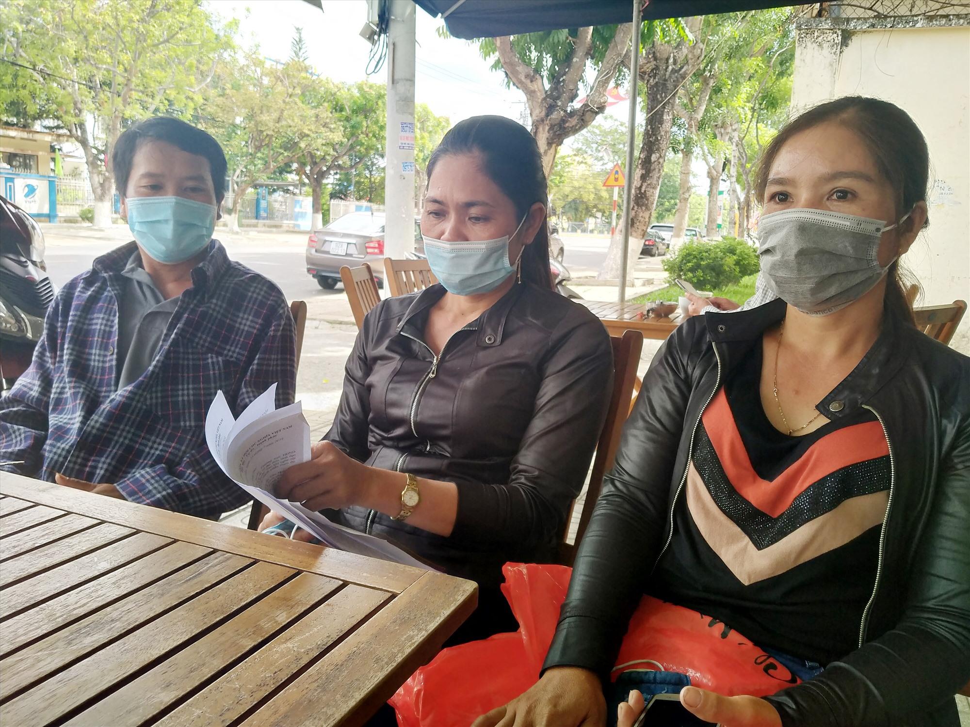 Các hộ dân phản ánh vụ việc tranh chấp đường lâm sinh với hộ ông Nguyễn Có đến nay vẫn chưa được tòa án giải quyết. Ảnh: N.Đ