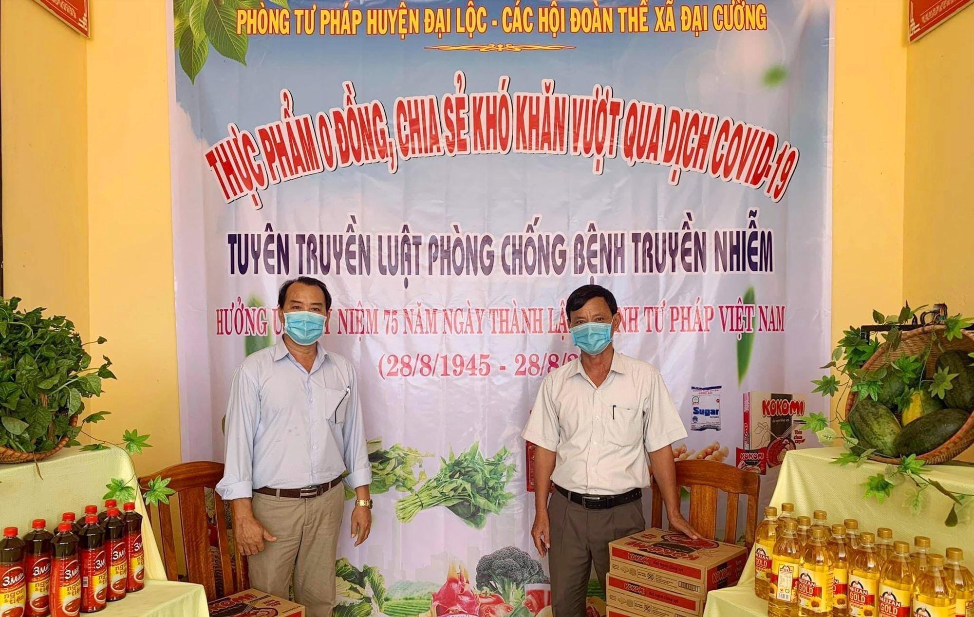 Phòng Tư pháp Đại Lộc cùng UBND xã Đại Cường tổ chức tuyên truyền, lập phiên chợ 0 đồng giúp đỡ bà con địa phương. Ảnh: C.T
