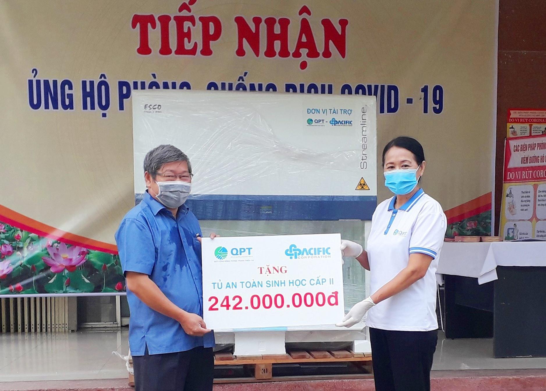 Lãnh đạo CDC Quảng Nam tiếp nhận thiết bị y tế từ Quỹ Cộng đồng phòng tránh thiên tai. Ảnh: V.A