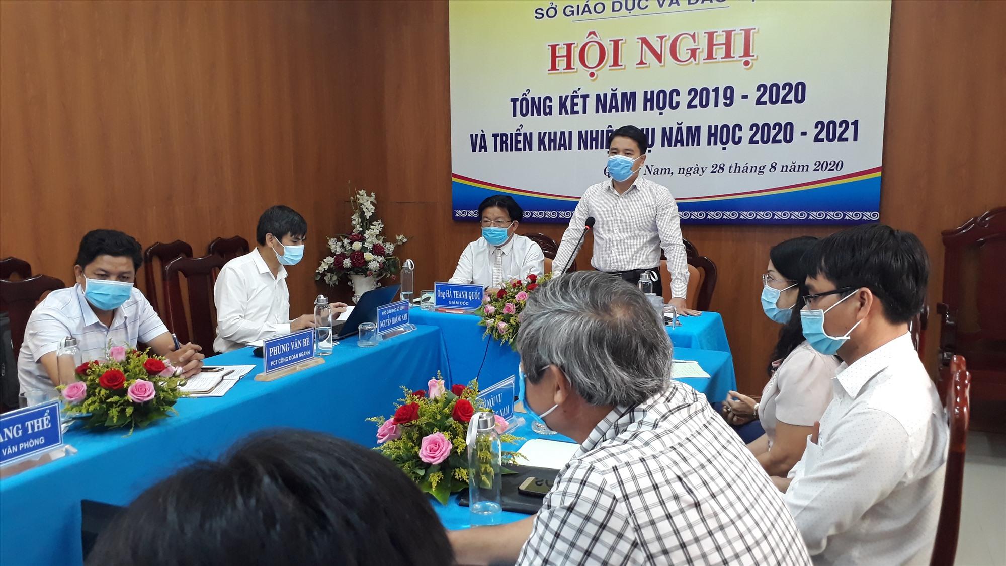 Phó Chủ tịch UBND tỉnh Trần Văn Tân chúc mừng và biểu dương những kết quả đạt được trong năm học qua. Ảnh: X.P