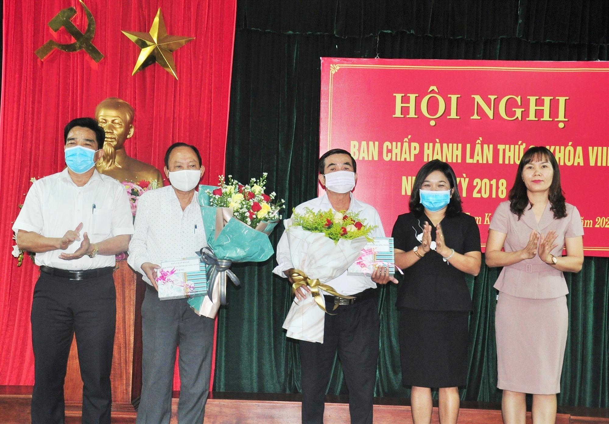 Lãnh đạo tỉnh tặng hoa cho các đồng chí thôi Ủy viên Ban Chấp hành Hội ND tỉnh. Ảnh: VINH ANH