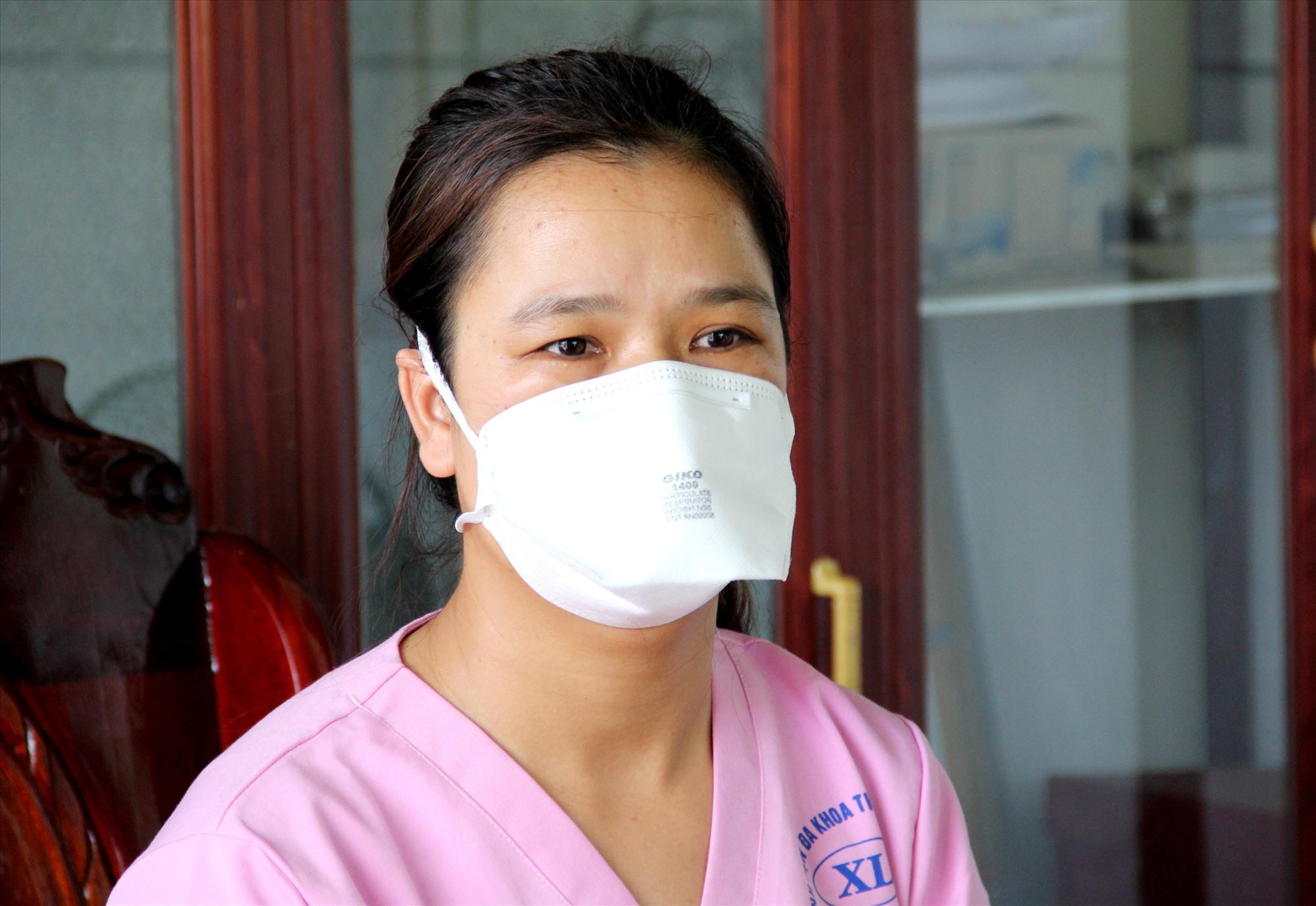 Gác lại niềm riêng, nữ điều dưỡng Đặng Thị Tiểu Loan tình nguyện ở lại làm nhiệm vụ phòng chống dịch Covid-19. Ảnh: ALĂNG NGƯỚC