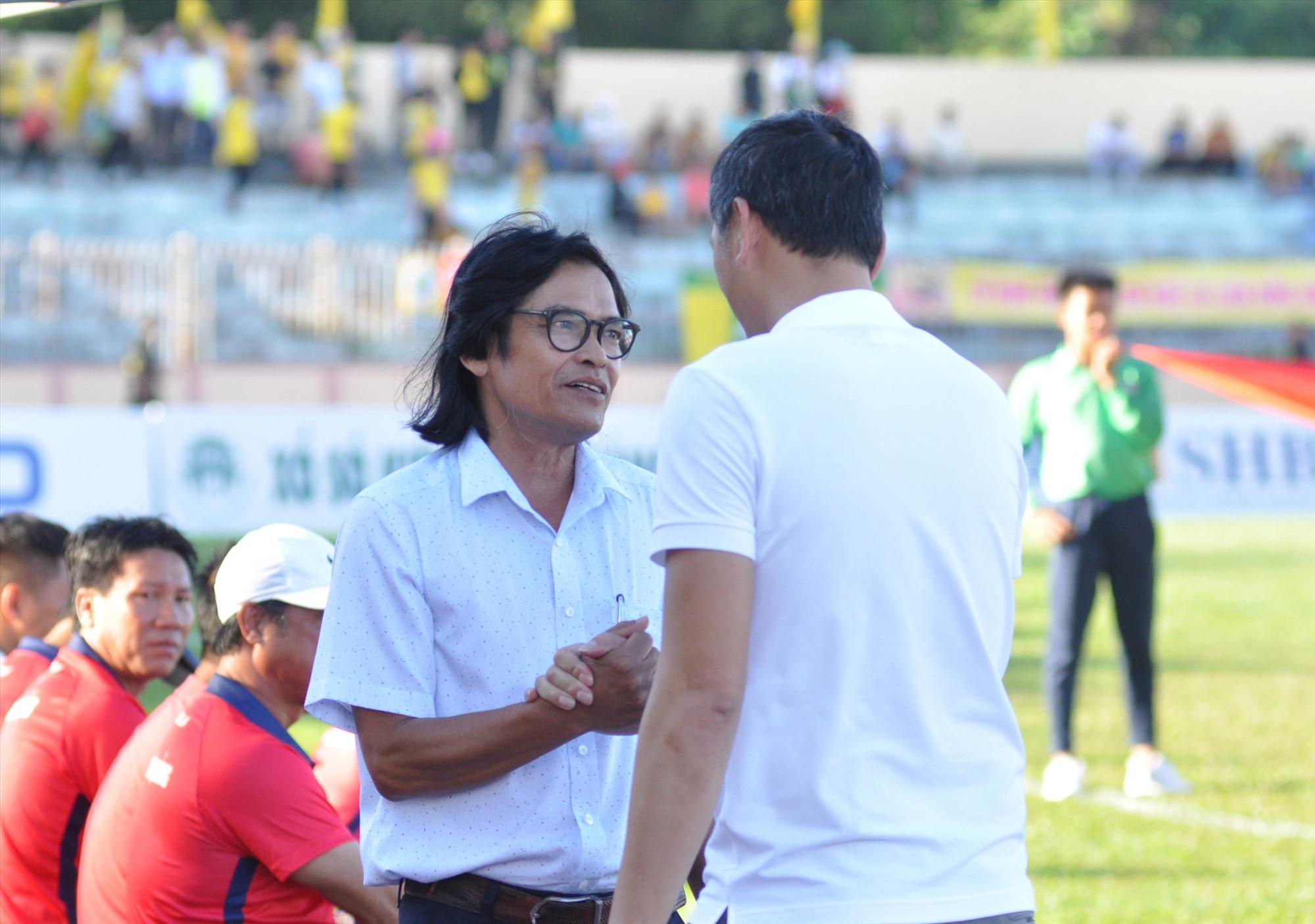 Trung tâm Đào tạo bóng đá trẻ Quảng Nam hiện nay do HLV Đoàn Phùng (bên trái) đảm trách. Ảnh: A.S
