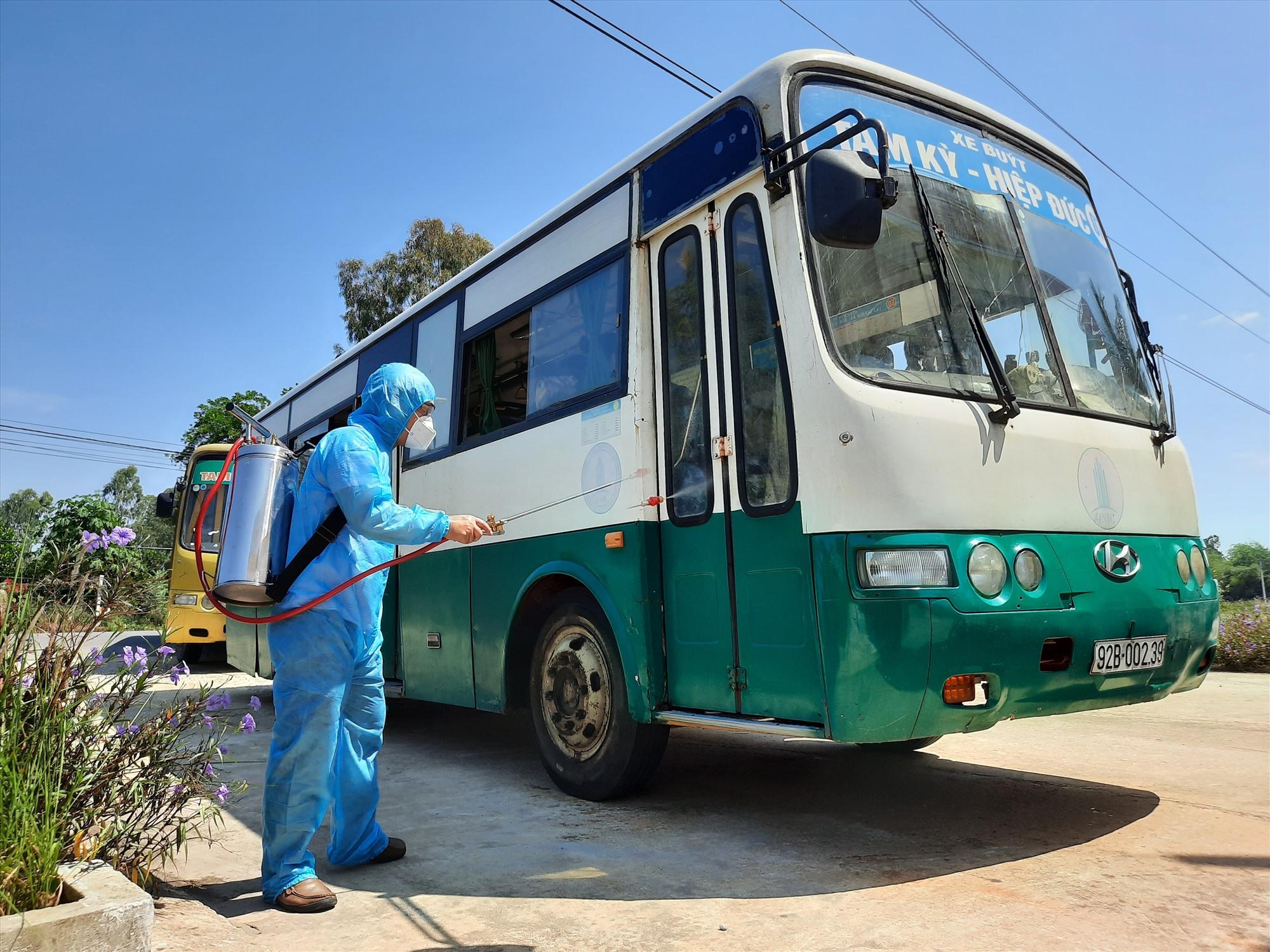Khử trùng xe đón học sinh, sinh viên từ TP.Đà Nẵng trở về. Ảnh: Đ. ĐẠO