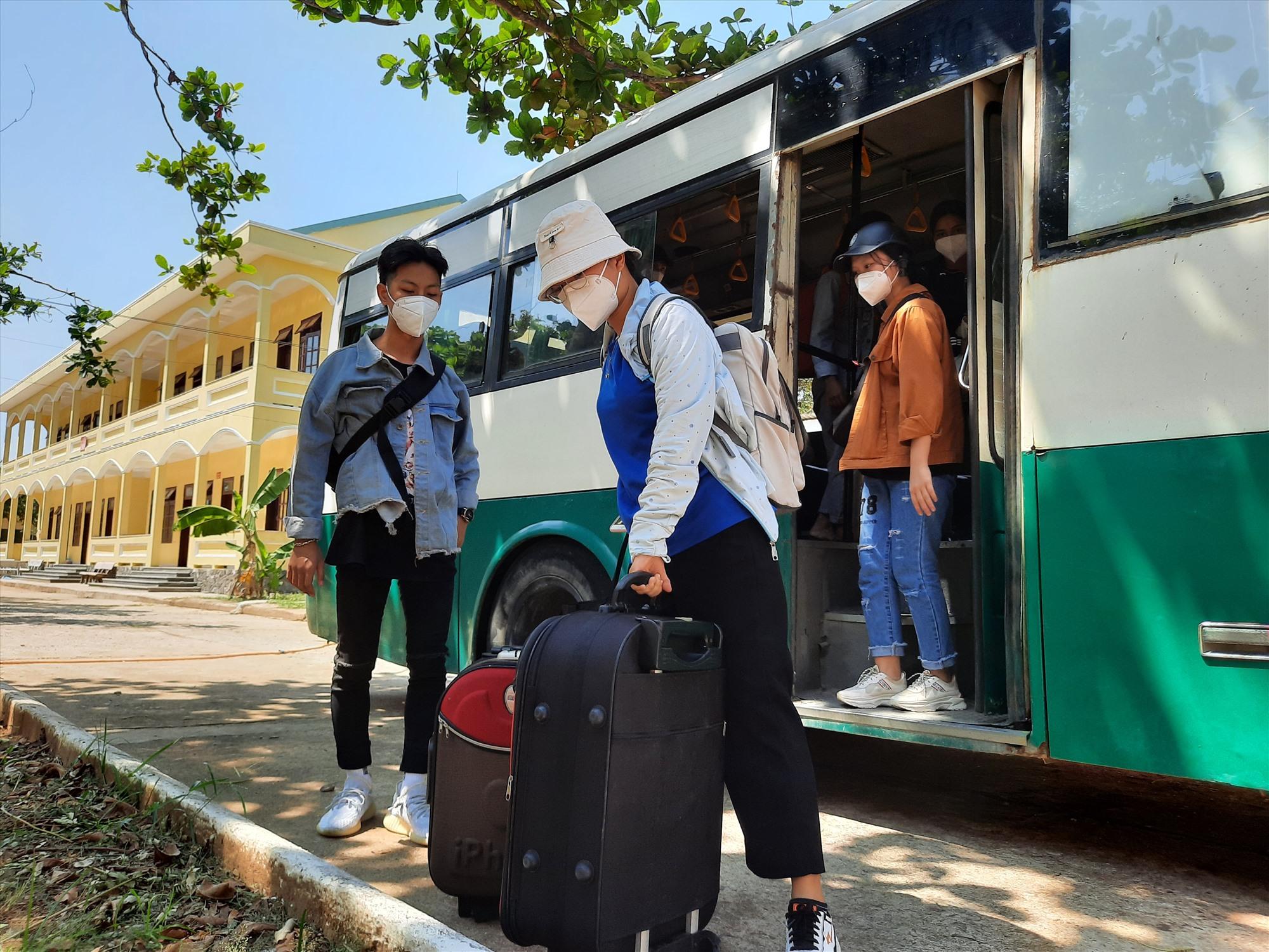 Đây là những học sinh, sinh viên bị mắc kẹt lại TP.Đà Nẵng do dịch Covid-19 và có cả những sinh viên có nhu cầu đến Quảng Nam để học tập. Ảnh: Đ. ĐẠO