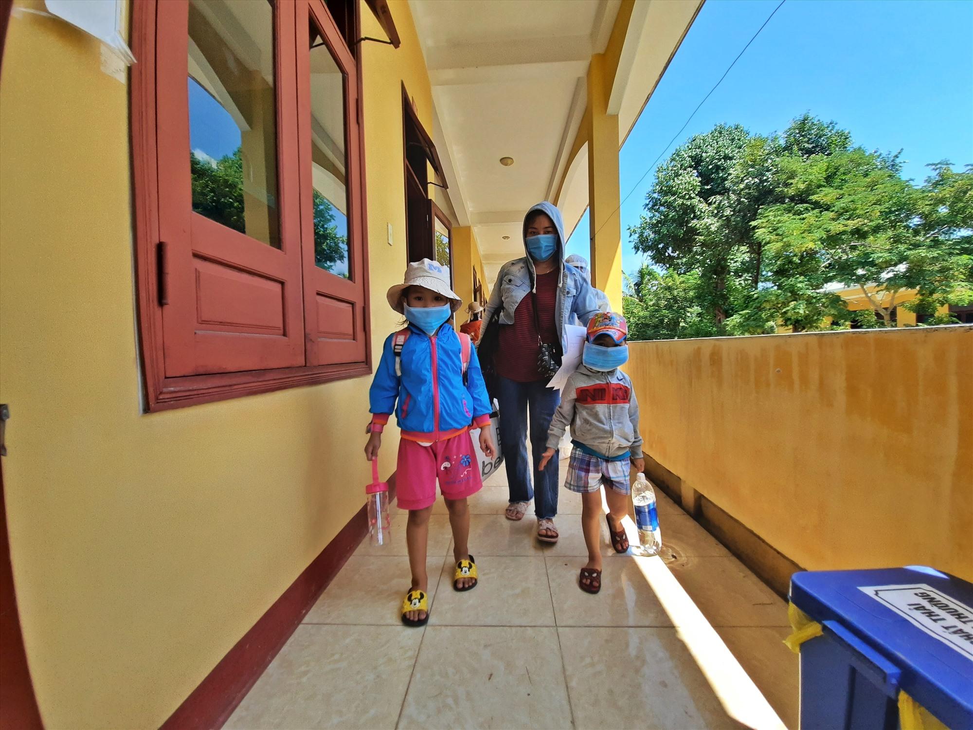 Đợt trở về lần này có 2 trẻ em nên mẹ ruột các cháu phải vào cách ly cùng để tiện chăm sóc các cháu. Ảnh: Đ. ĐẠO