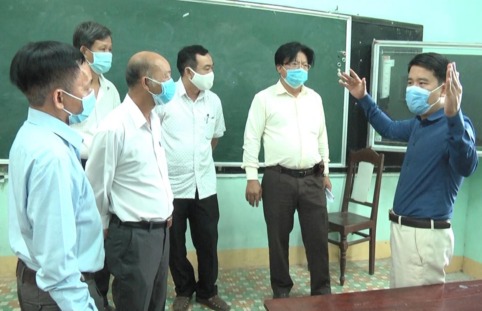 Phó Chủ tịch UBND tỉnh Trần Văn Tân kiểm tra công tác chuẩn bị tổ chức kỳ thi tốt nghiệp THPT tại Trường THPT Quế Sơn. Ảnh DT