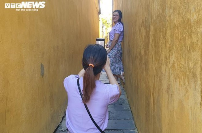 Taking photos to record beautiful moments in an alley of Tran Phu street on the first day without social distancing rules. Now, Covid-19 pandemic in Vietnam localities is under control.