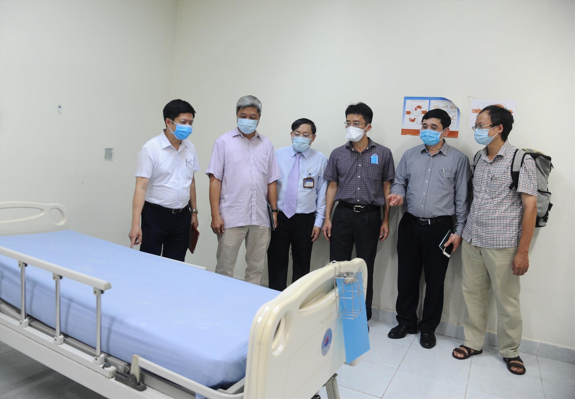 Đoàn công tác của Bộ Y tế đi kiểm tra công tác chuẩn bị tiếp nhận bệnh nhân Covid-19 tại Bệnh viện Đa khoa Trung ương Quảng Nam. Ảnh: PHAN VINH