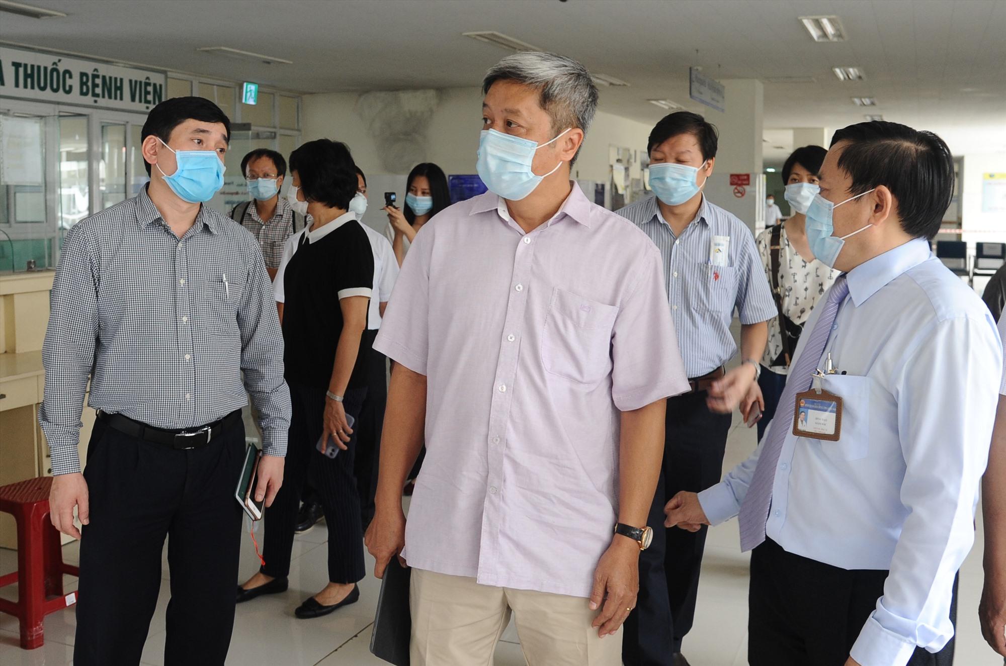 Thứ trưởng Bộ Y tế Nguyễn Trường Sơn (giữa) khẳng định, Bệnh viện Đa khoa Trung ương Quảng Nam là tuyến đầu chống dịch ở miền Trung. Ảnh: PHAN VINH