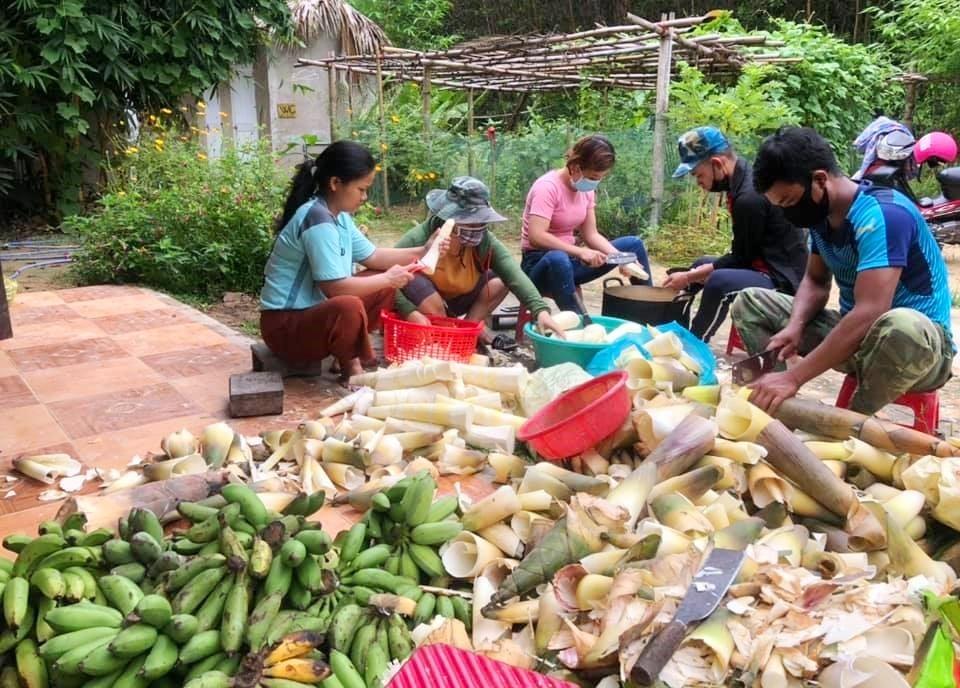 Đồng bào Cơ Tu ở các xã Jơ Ngây, A Ting, Sông Kôn (thuộc huyện Đông Giang) quyên góp nông sản miền núi gửi về TP.Đà Nẵng.