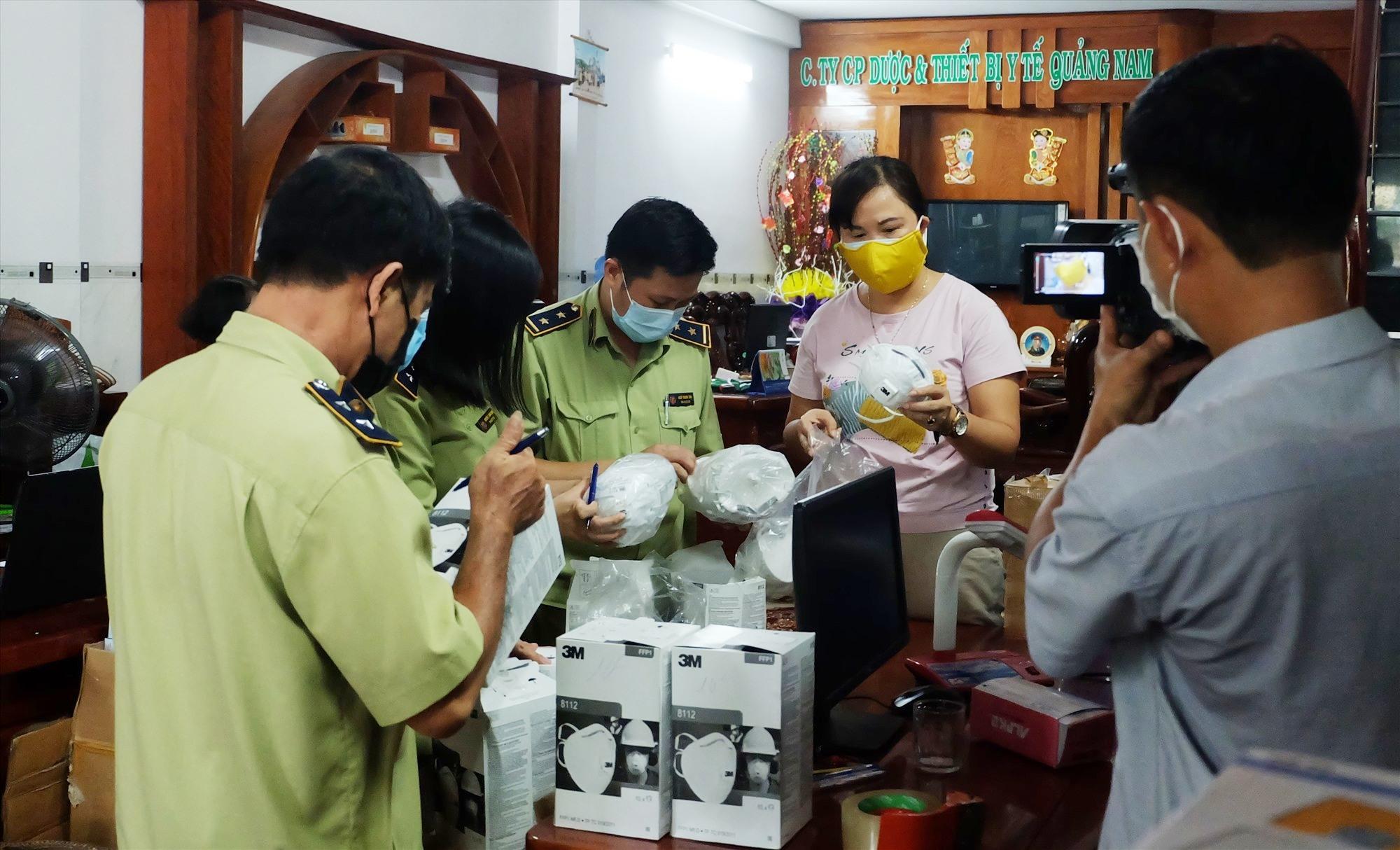 Phát hiện nhiều khẩu trang y tế không rõ nguồn gốc, xuất xứ tại Công ty CP Dược và vật tư y tế Quảng Nam. Ảnh: M.L