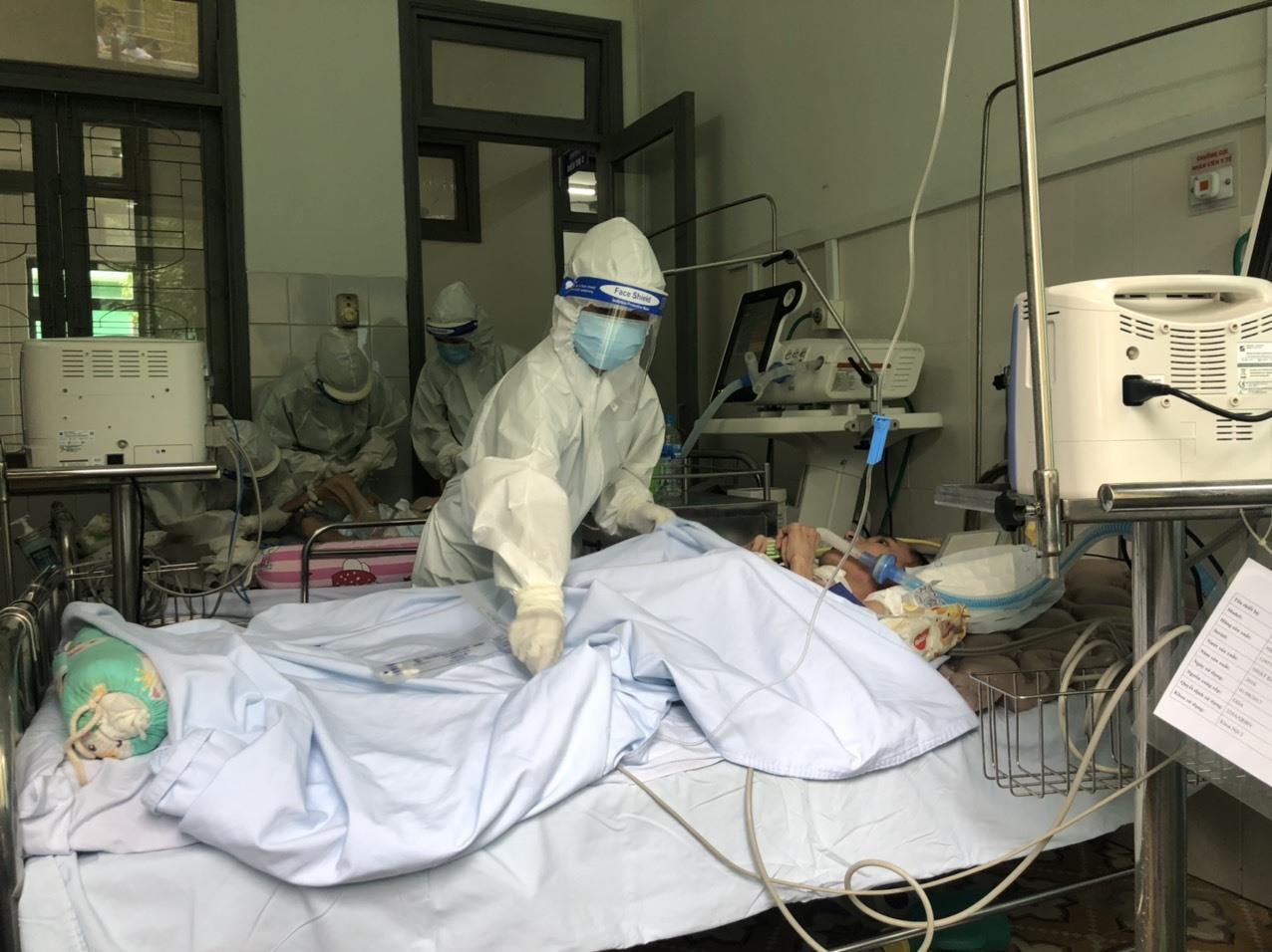 Đội ngũ nhân viên y tế của Bệnh viện Đa khoa miền núi phía Bắc Quảng Nam điều trị ban đầu cho các bệnh nhân Covid-19 trước khi chuyển đến Bệnh viện Đa khoa Trung ương Quảng Nam. Ảnh: T.MƯỜI
