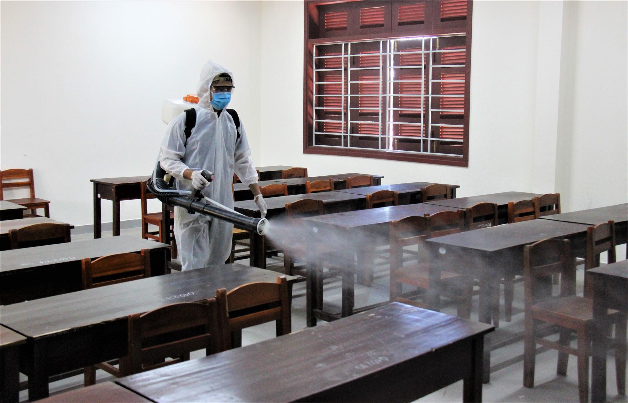 Ngành y tế phun hóa chất chuẩn bị cho kỳ thi tốt nghiệp THPT đợt 2. Ảnh: HOÀI AN