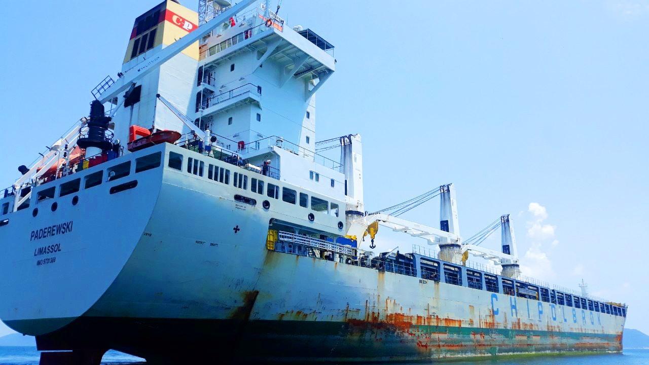Tàu Paderewski neo đậu trái phép trong vùng nội thủy Việt Nam. Ảnh: HỒNG ANH