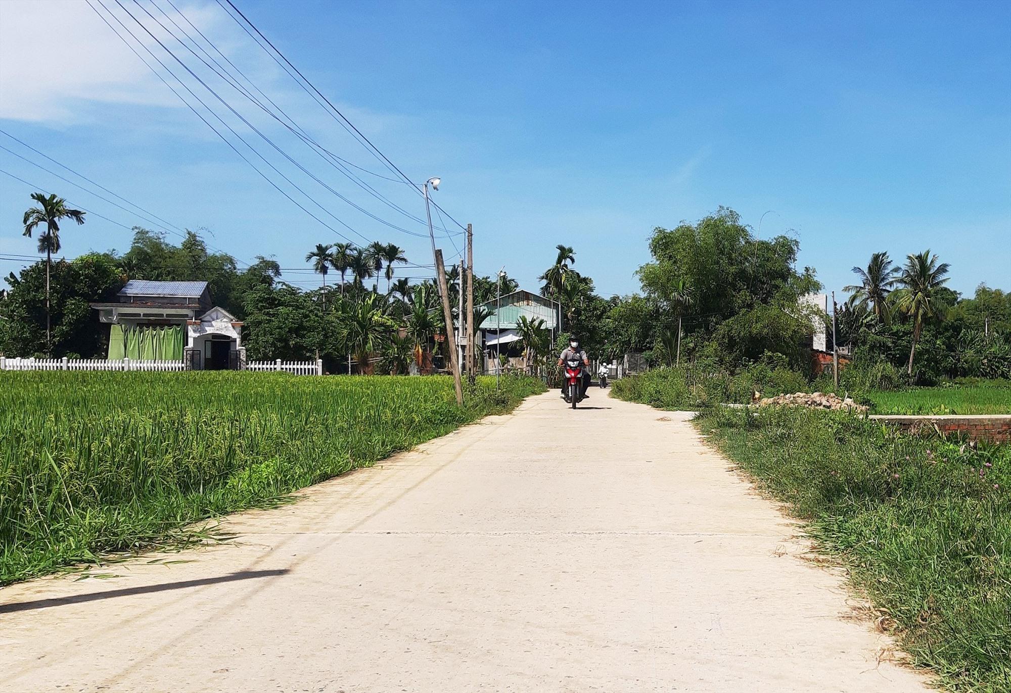 Tuyến đường từ ngã ba ông Long đến nhà ông Quân (thôn An Lạc) do ông Mai Năm tài trợ xây dựng.